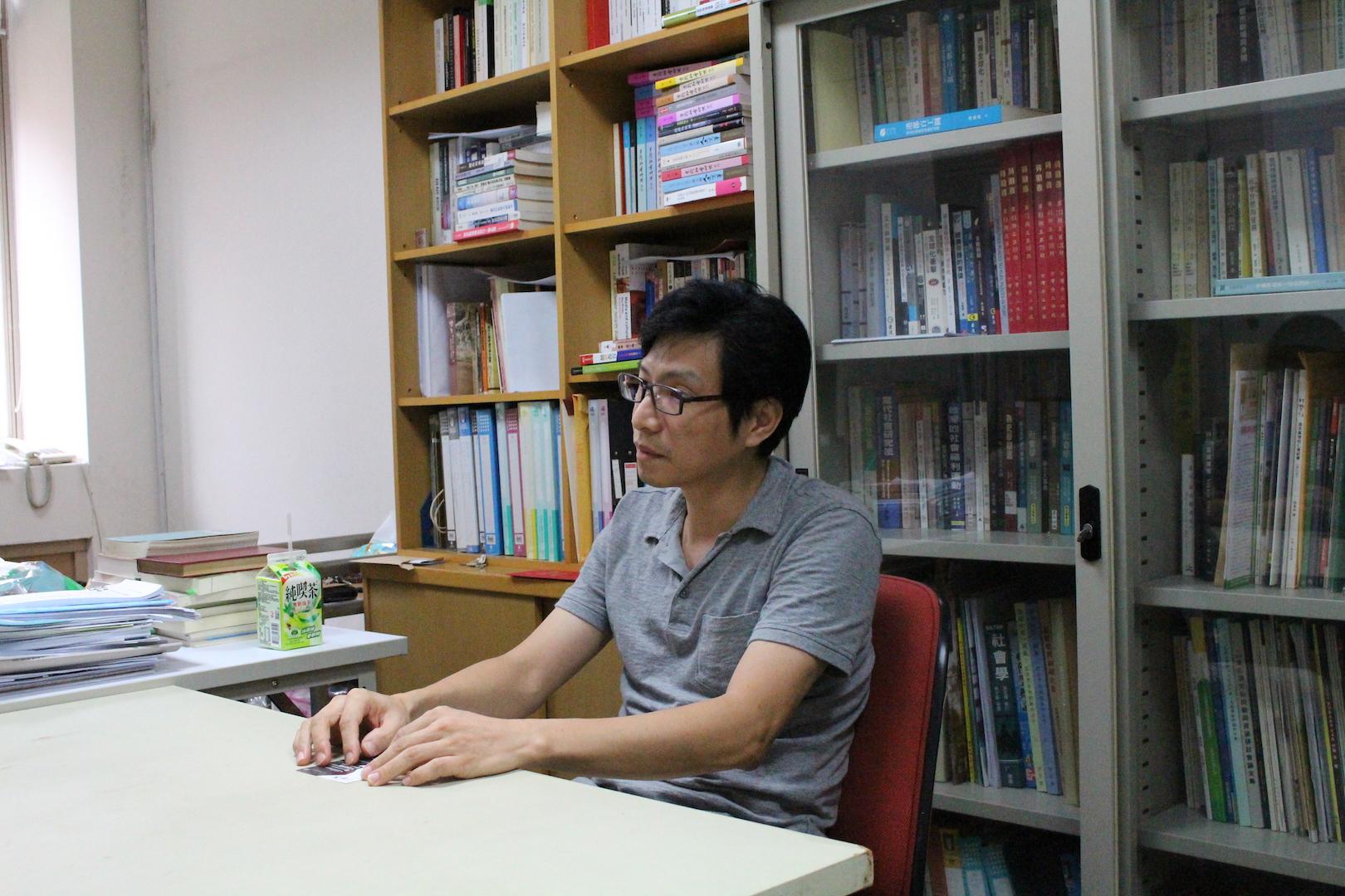 世新大學社會發展研究所副教授陳政亮表示,應從社會、經濟、勞動三面向思考決策。