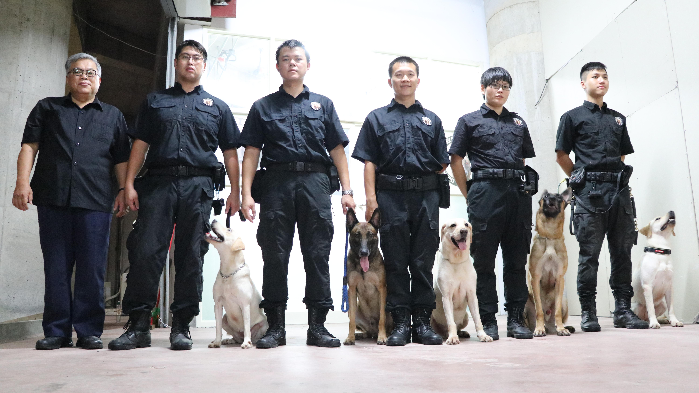 隊長與警犬隊員合影。攝影/戴葳