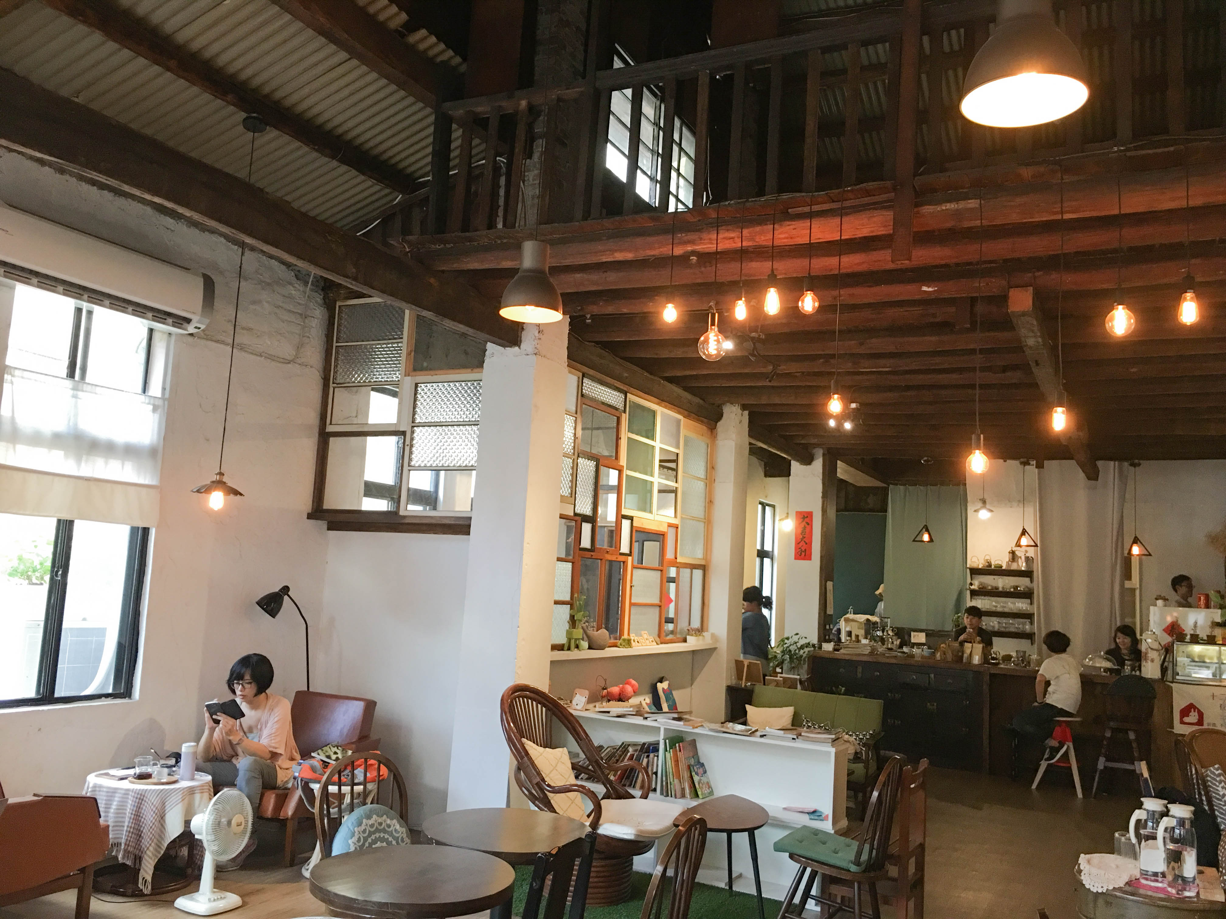 Triangle Garden Cafe retains the old beams/ Lan Ting