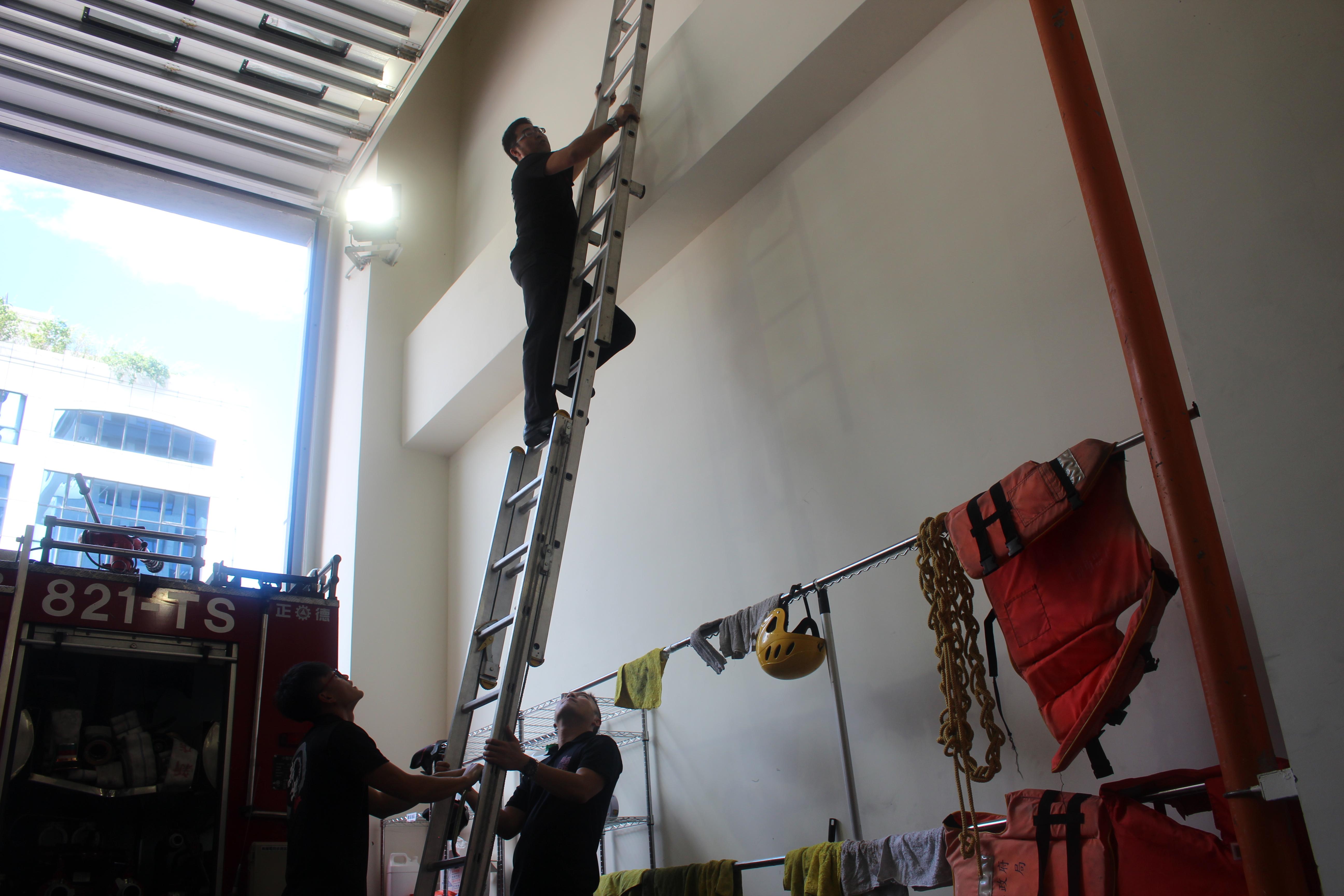 救災情況多變,消防員的後勤工作不曾忽視。攝影/祝敏婷