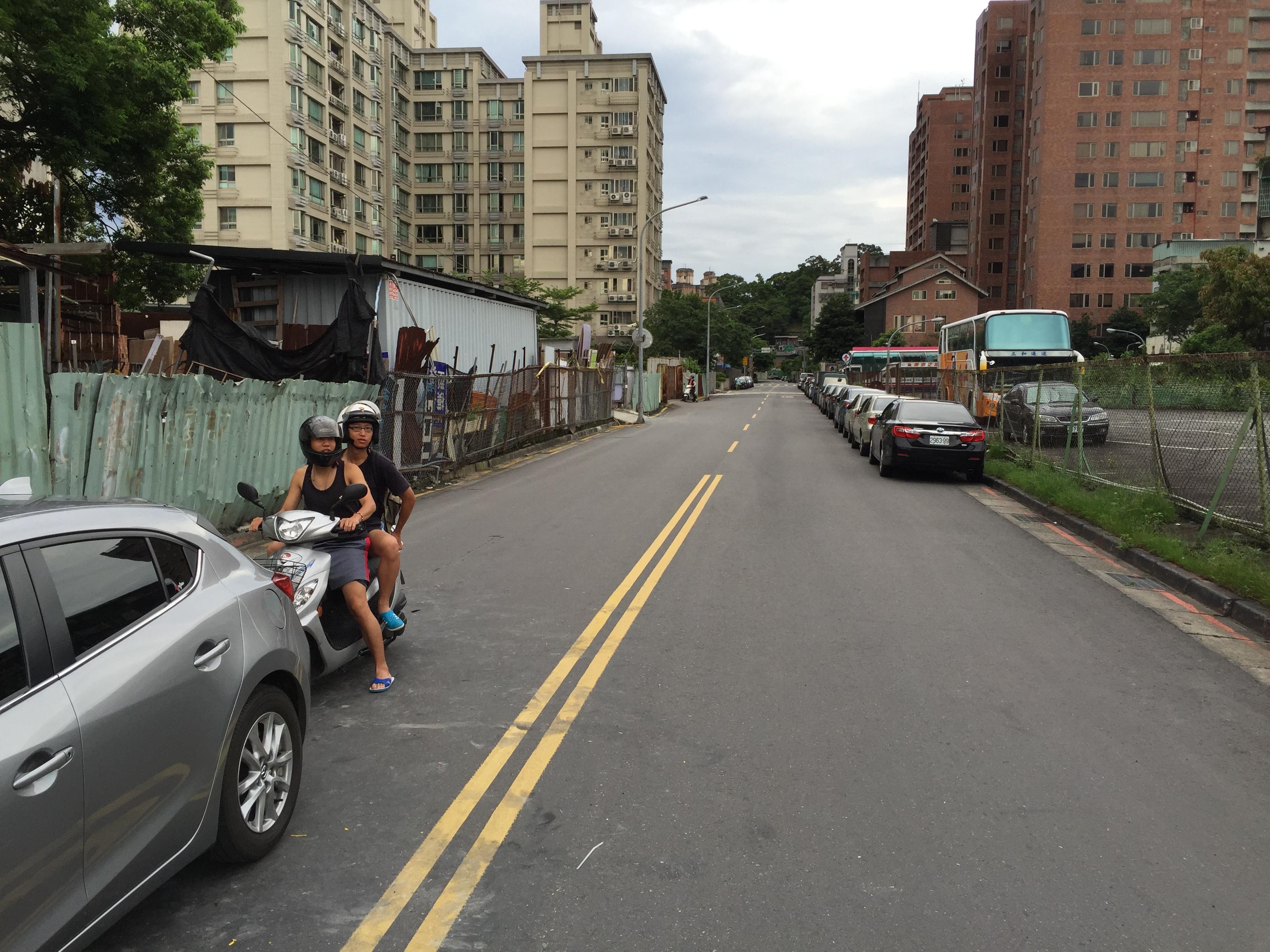 未畫設標線型人行道前,可見汽車停放至此。照片提供/興豐里里長余鴻儒