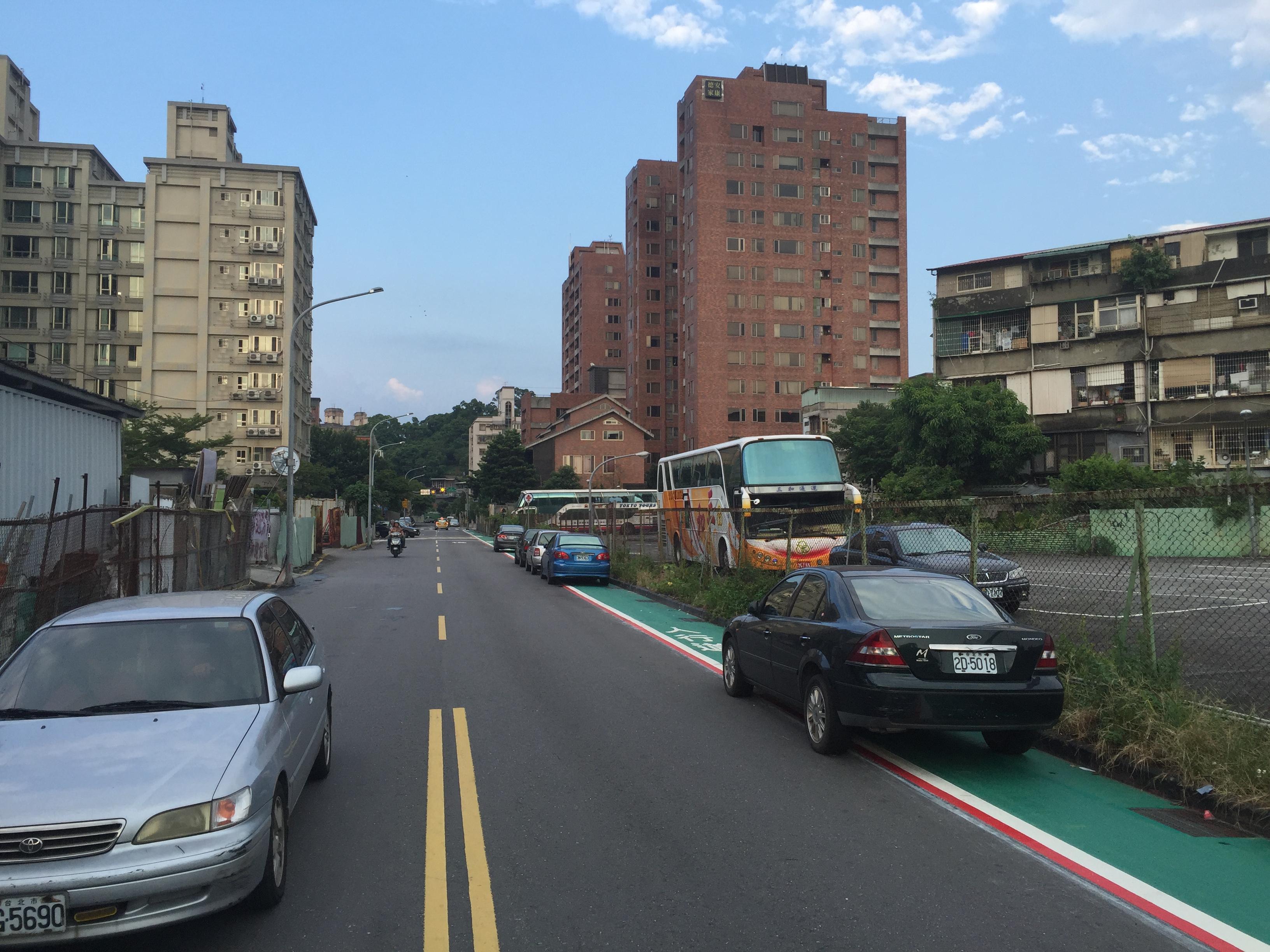 劃設標線型人行道之初,仍有車輛違停。照片提供/興豐里里長