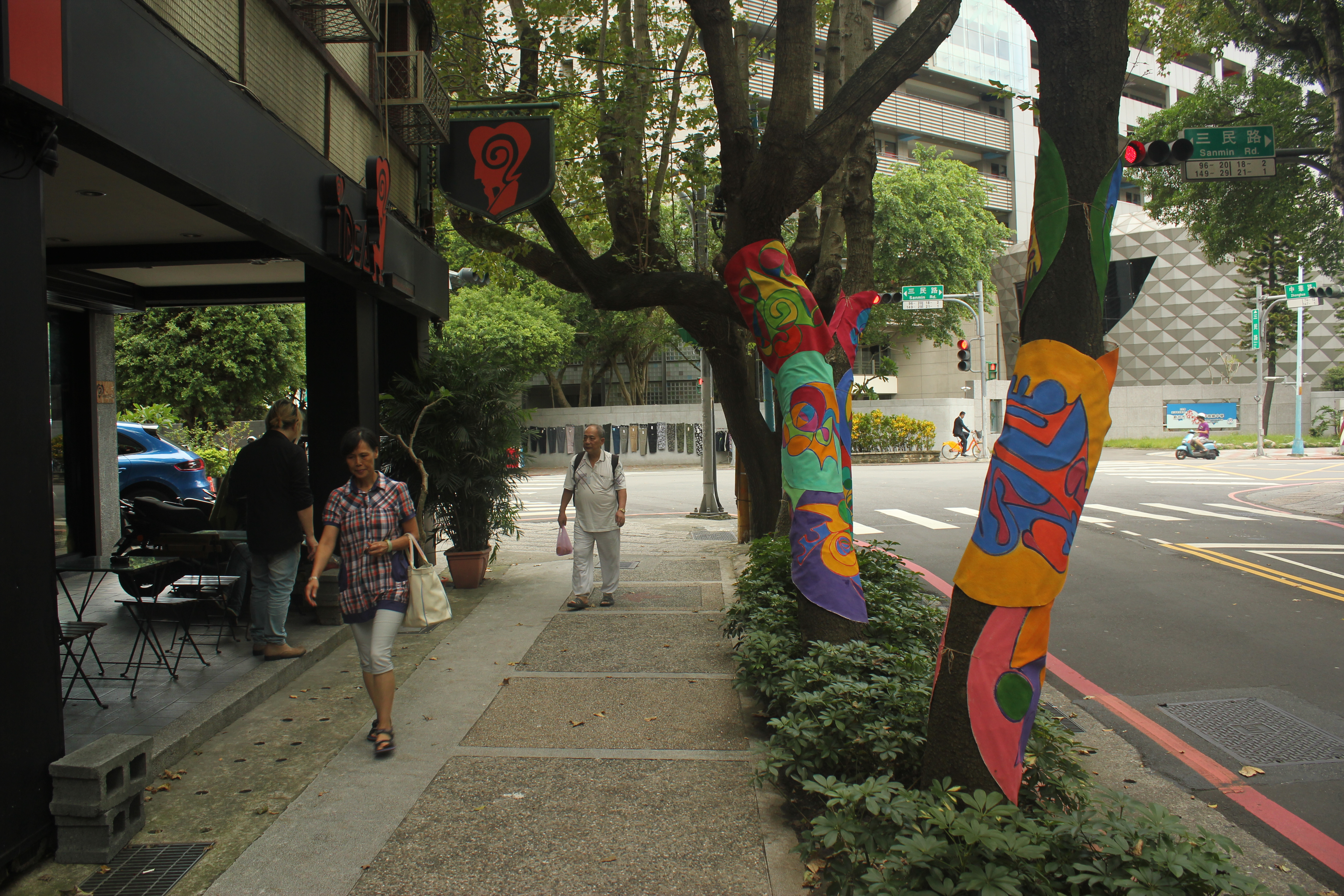 新店區隨處可見結合環境的藝術裝置。攝影/林韋宏