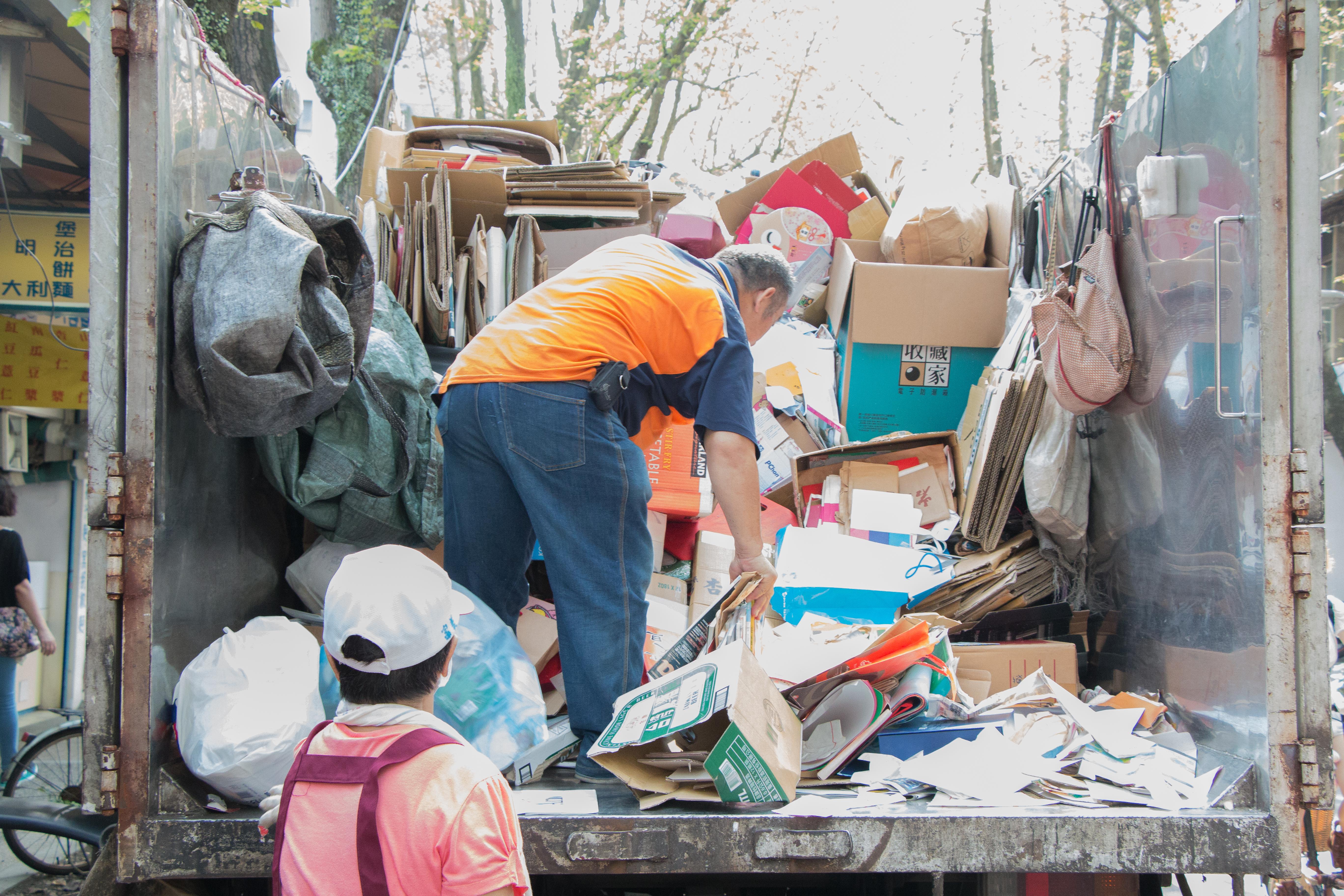 整理好的回收物會被裝箱運上貨車,載至垃圾場回收。攝影/李振均