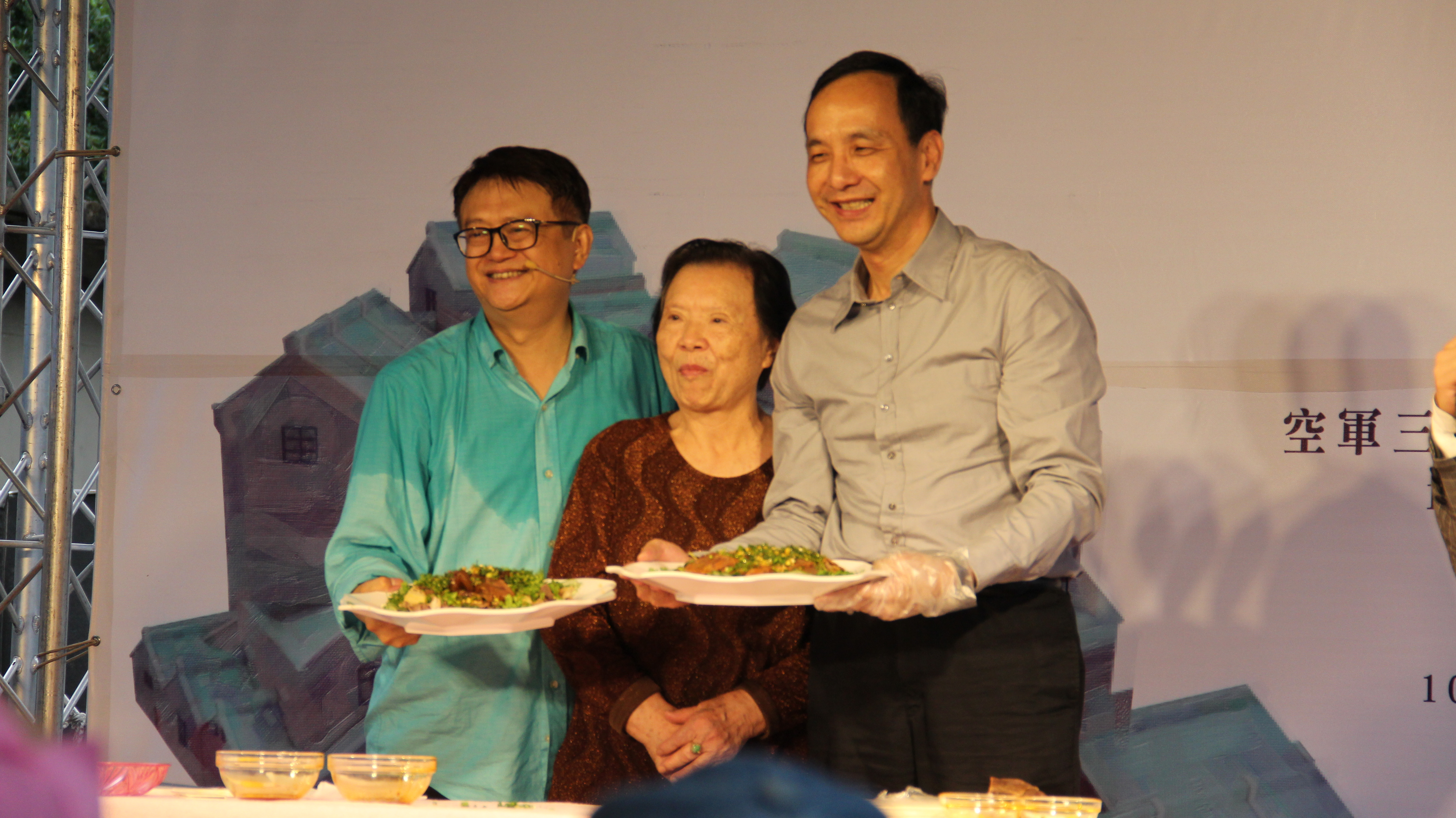 市長朱立倫於活動中大秀廚藝。