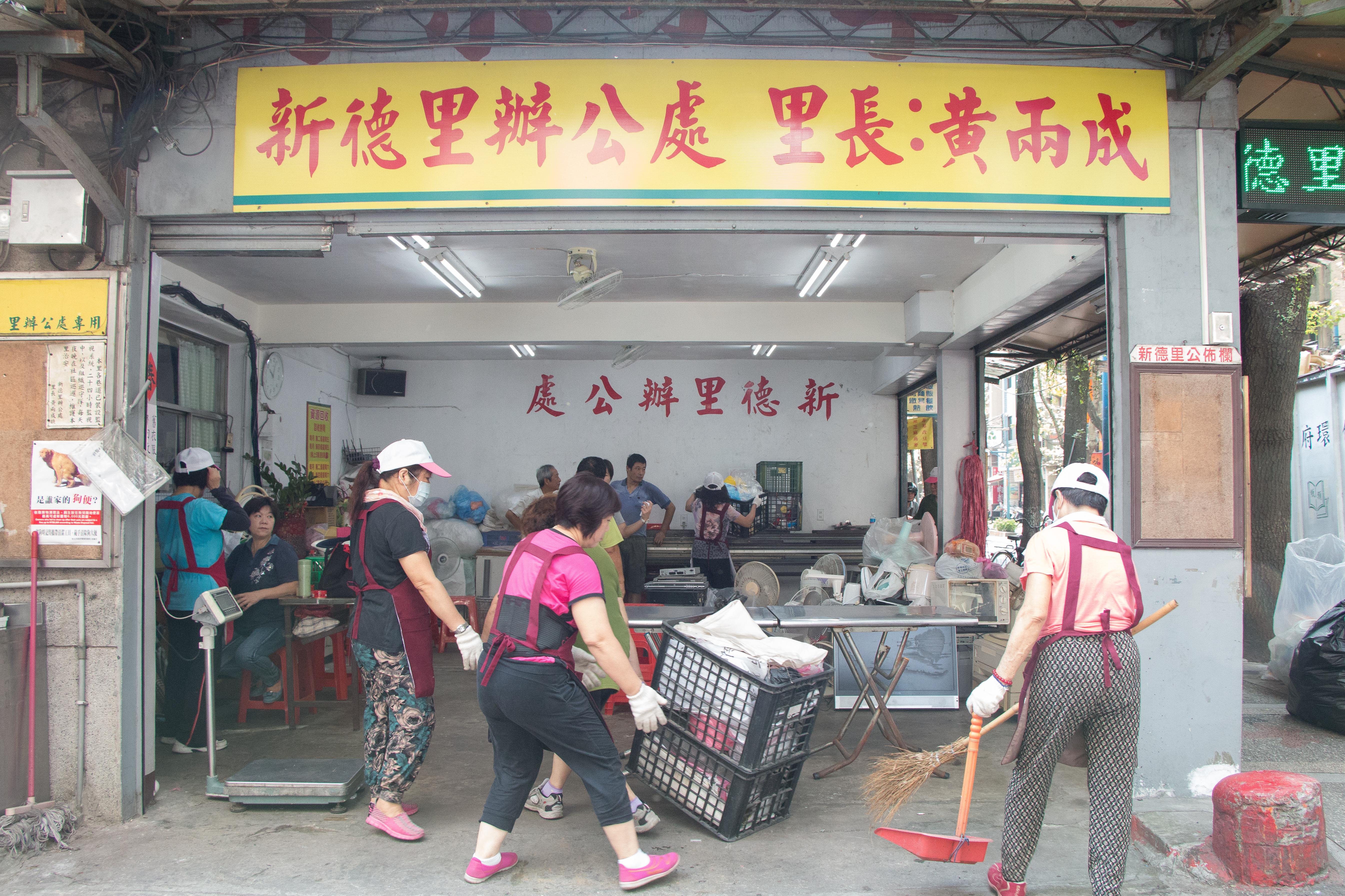 每逢月中和月底的周末,志工們便聚在里長辦公處齊做回收。攝影/李振均