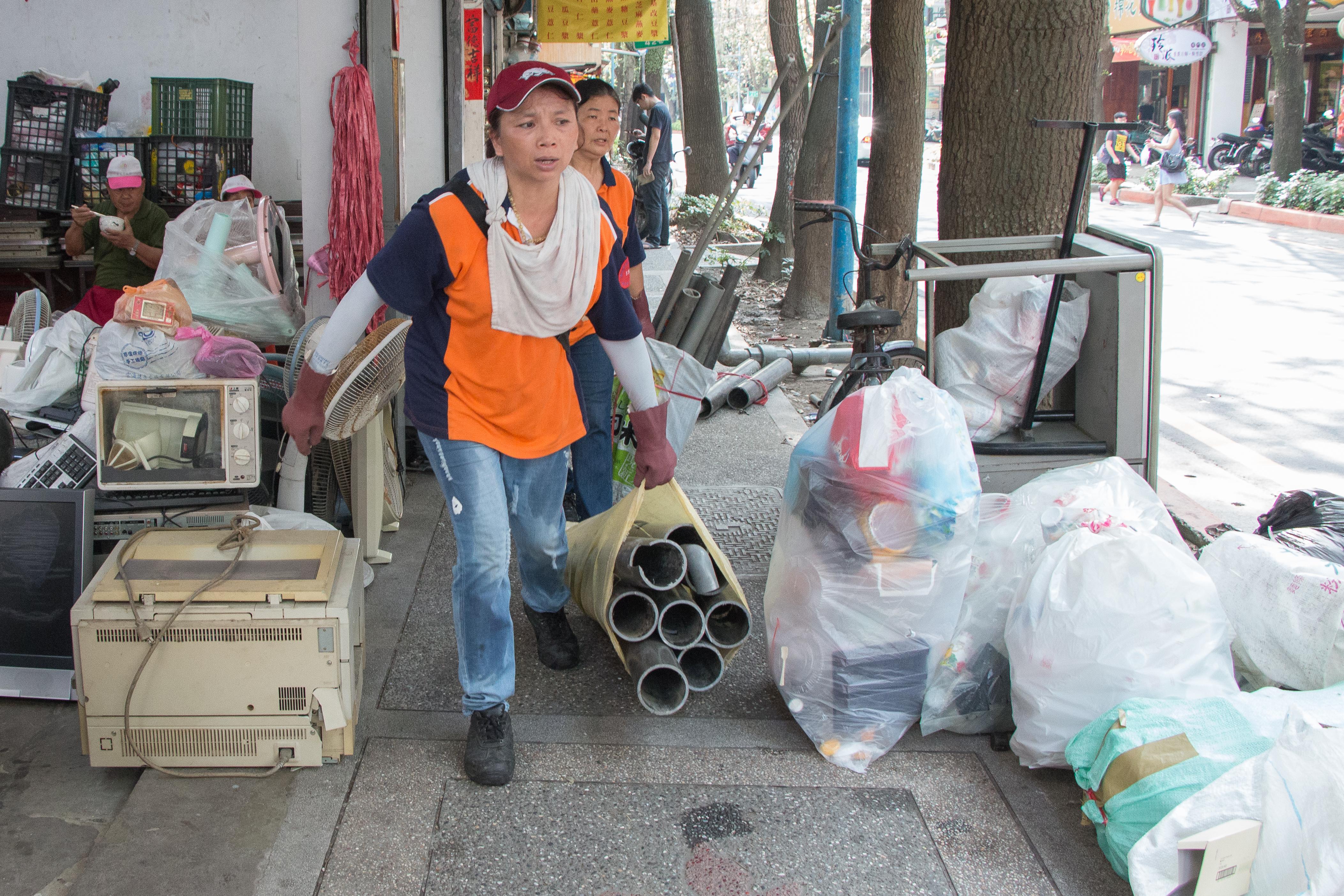這些志工犧牲假日,到里辦公處做回收,卻也樂此不疲。攝影/李振均