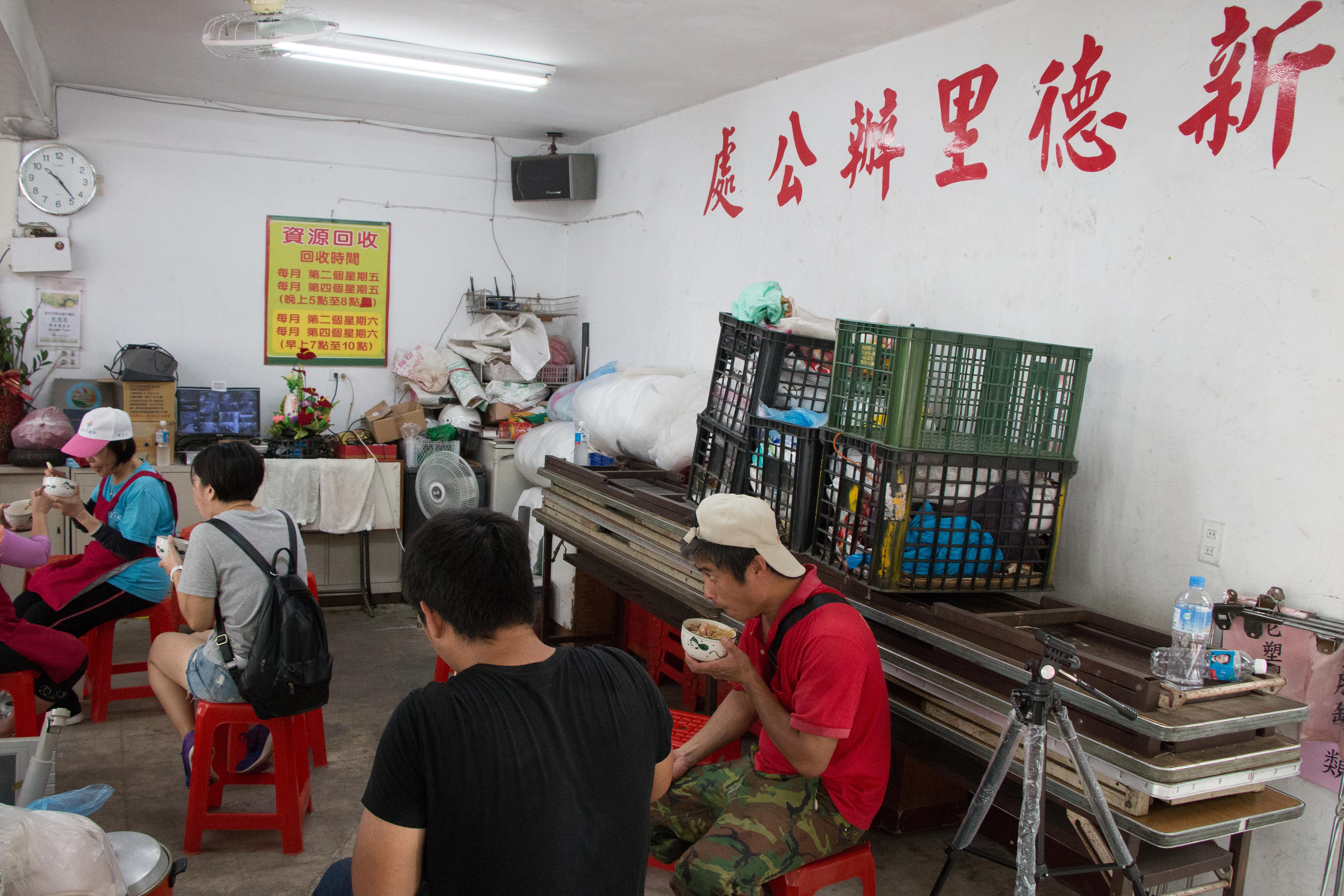 回收工作大功告成之後,志工們會聚在一起吃中餐,犒賞自己一天的辛勞。攝影/李振均