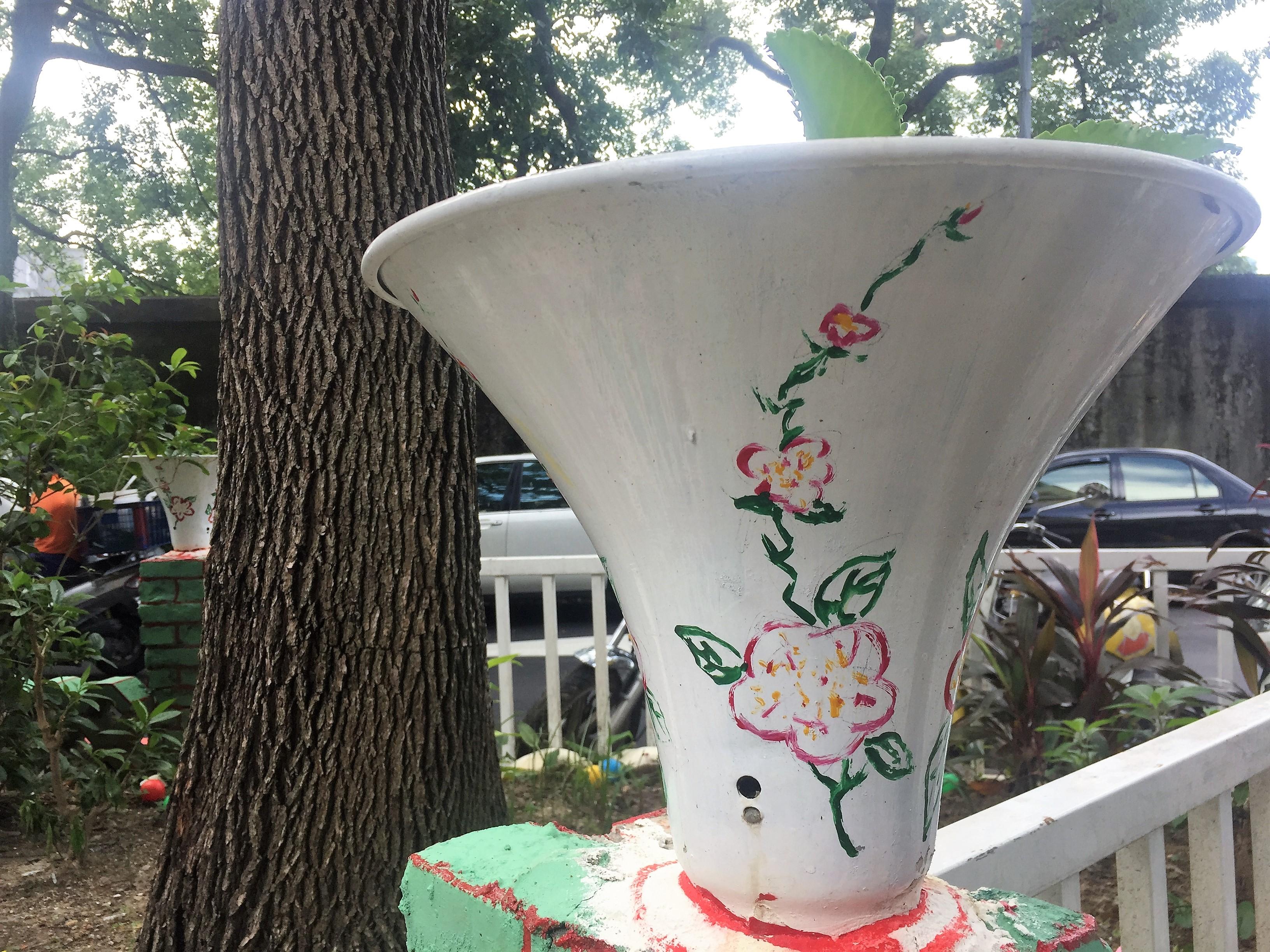 壞掉的喇叭,回收再利用,用油漆做彩繪,把喇叭做成花瓶。攝影/孔祥智