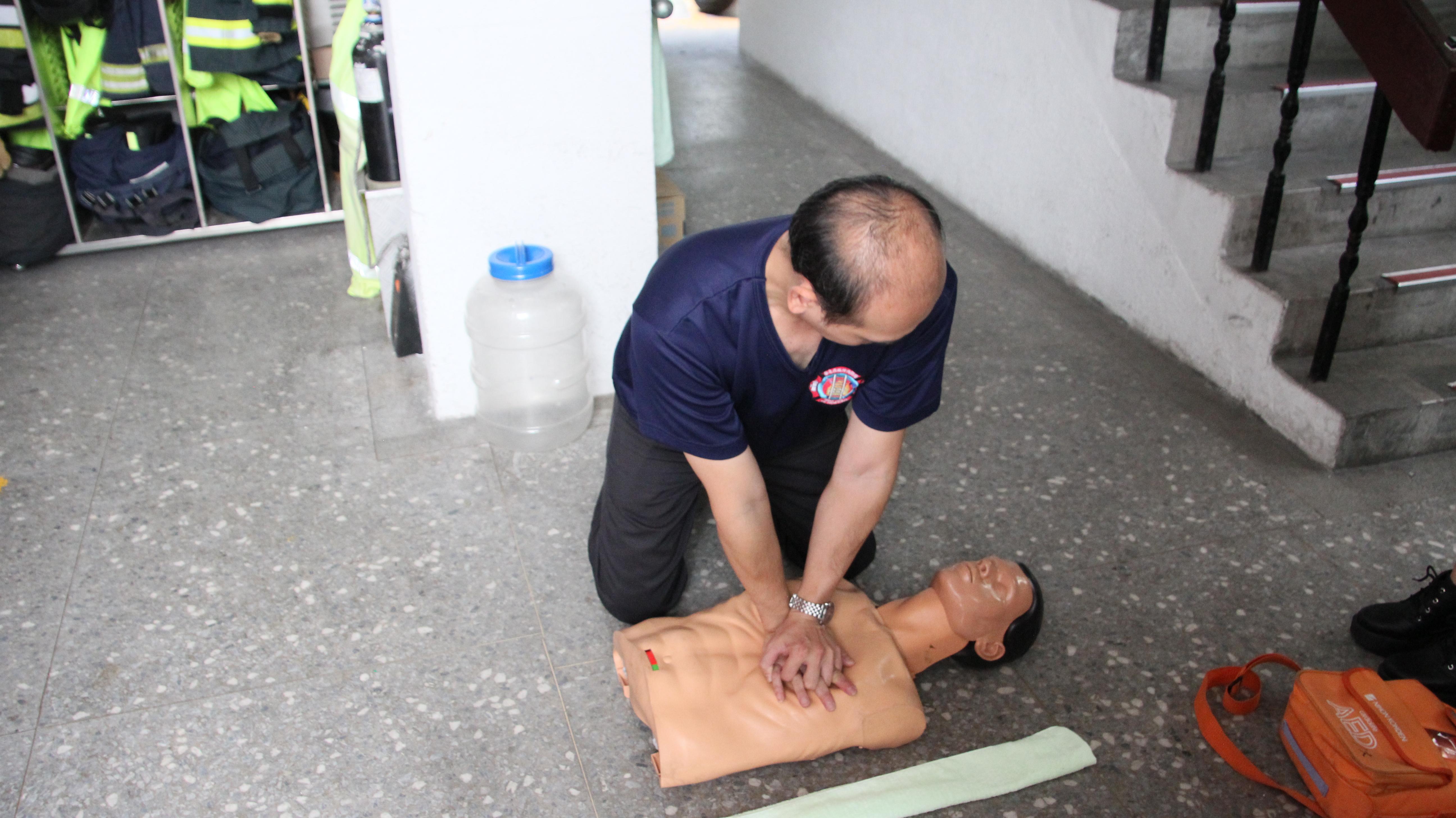 進行CPR時手臂打直,按壓深度五至六公分。(攝影/黃子洋)