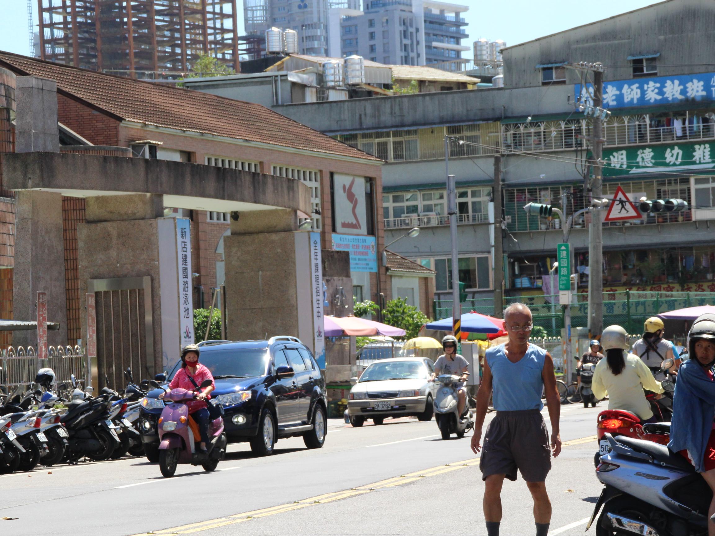 市場鄰近街景。 攝影/林冠宇