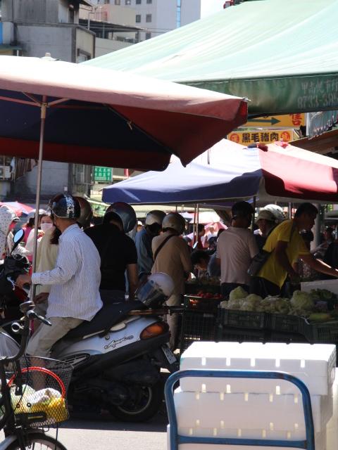 流動攤販占用馬路擺攤,造成人車搶道,地方交通擁塞。