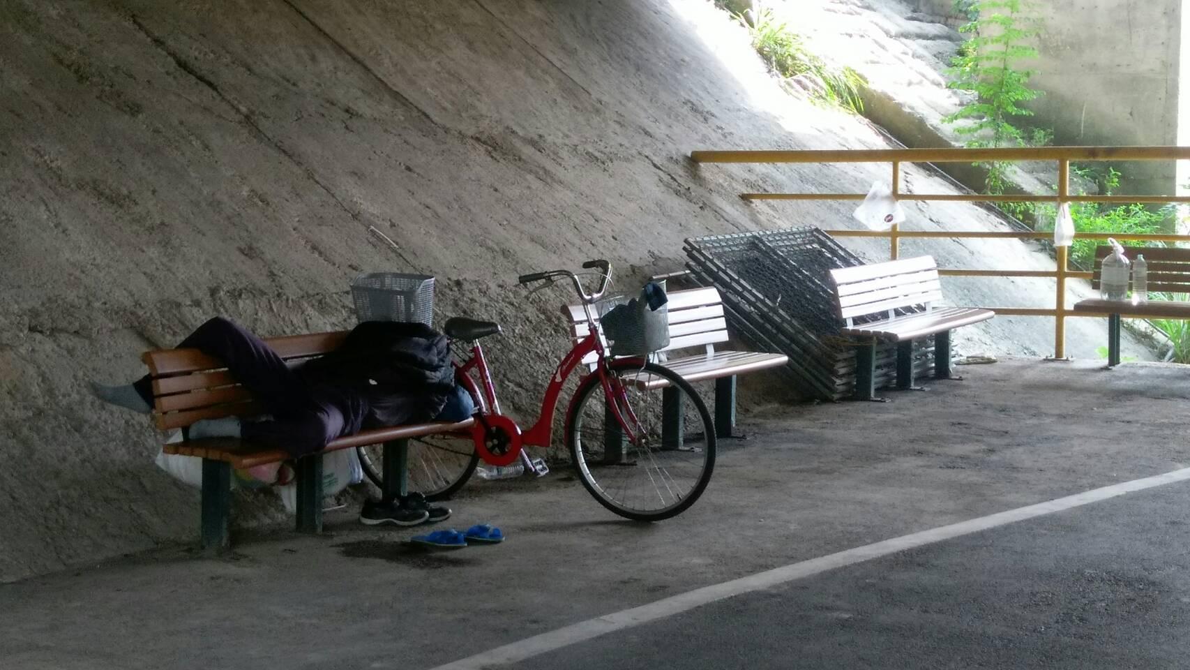遊民於橋墩下方長椅休息,影響路過民眾觀感。 攝影/林聖捷