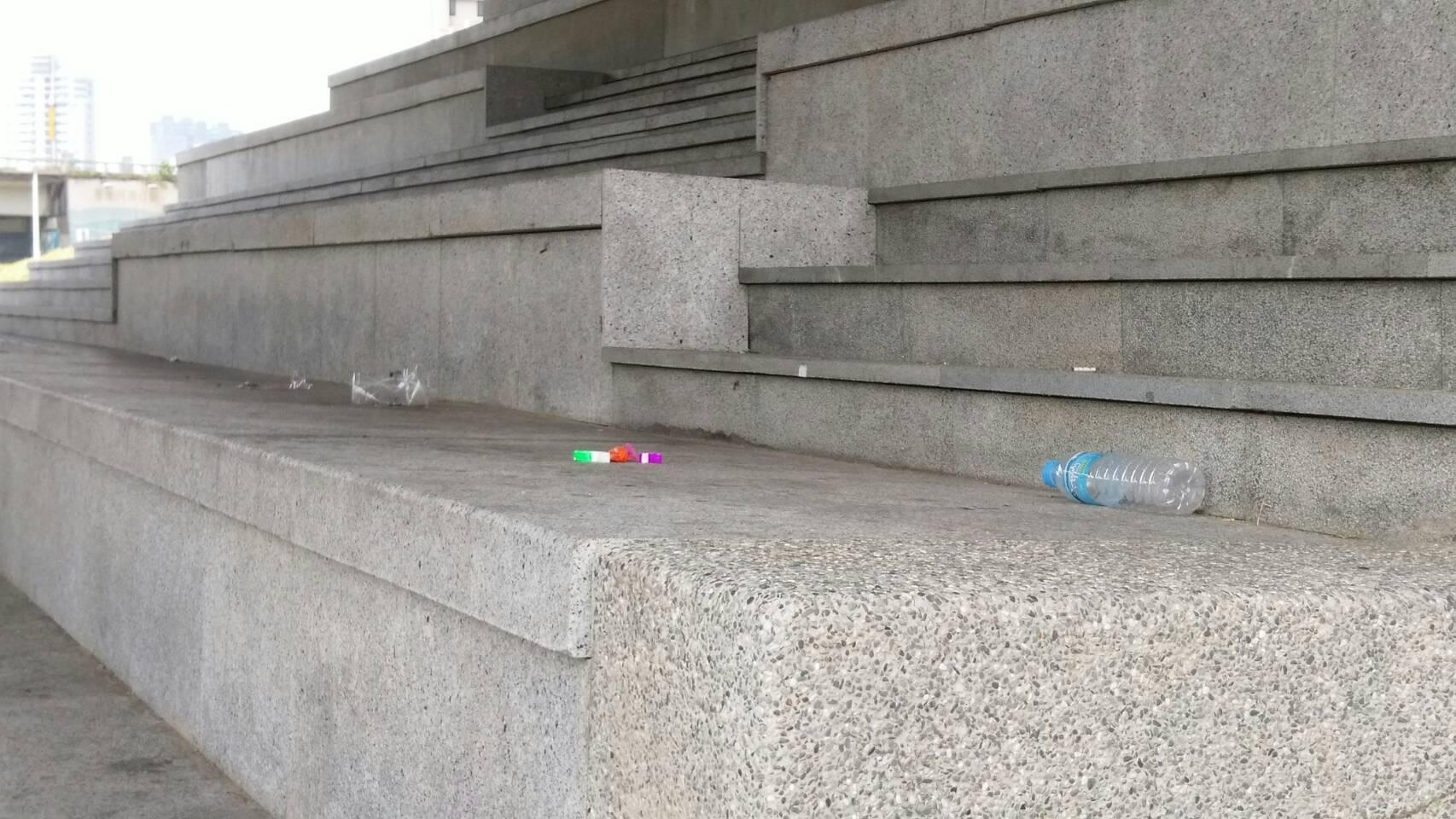 夜宿在樓梯的遊民離去後,留下了滿地的垃圾。 攝影/林聖捷