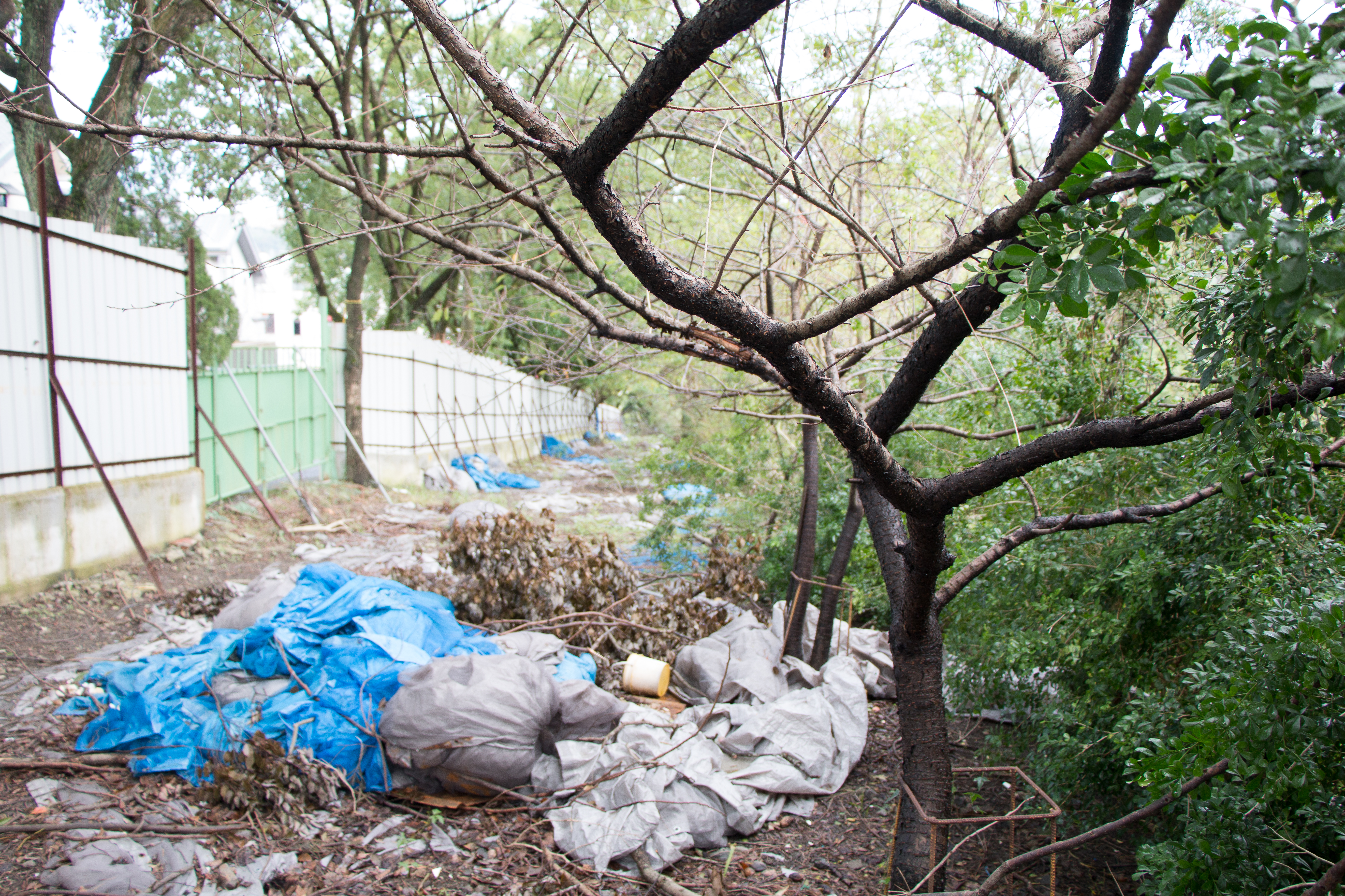 工地尚未動工,就已為環境帶來破壞,地上隨處可見垃圾。
