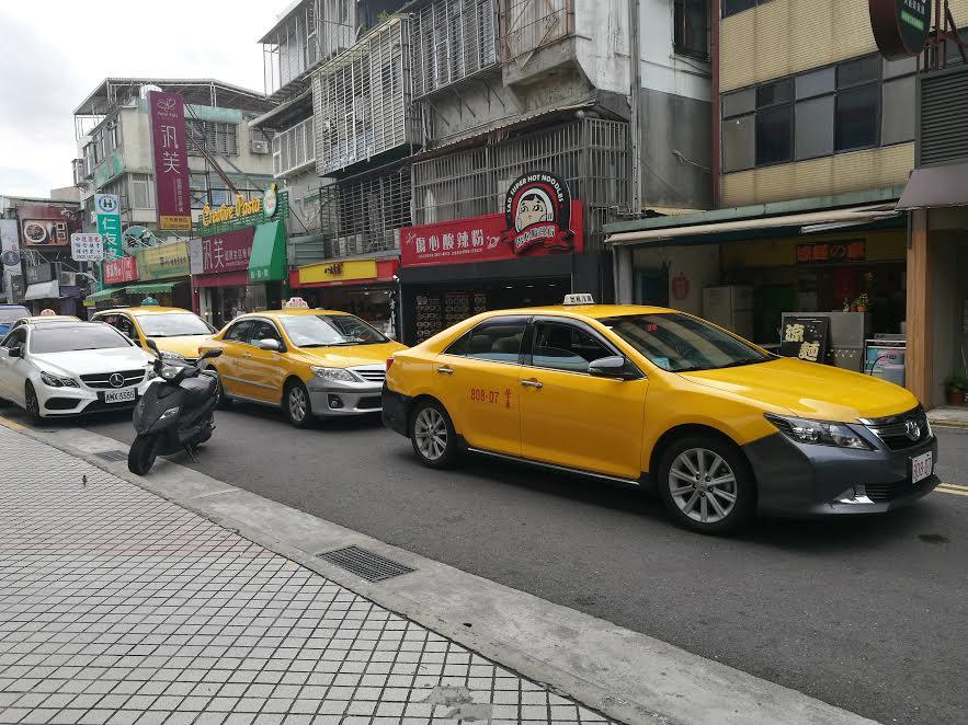 一般計程車車身統一漆成黃色,原本是為了提高辨識度,保障乘客安全,可現在卻成了計程車遭批評的原因之一。攝影/程怡靜