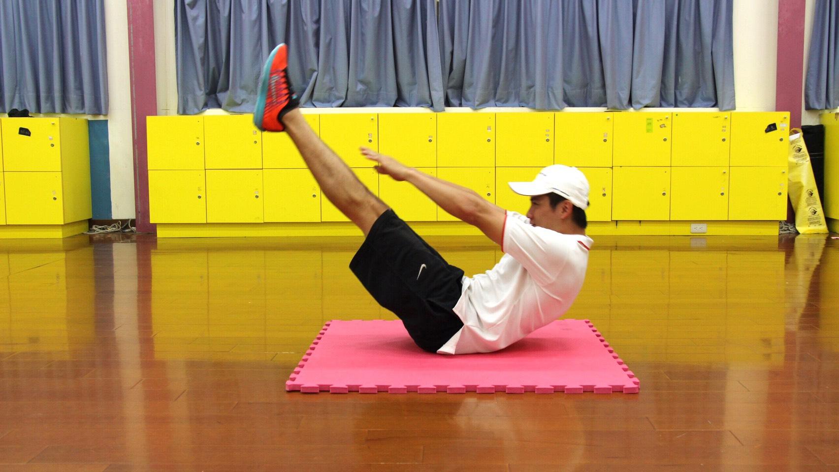 利用腹部力量將身體呈現V字型,訓練腹部肌力。