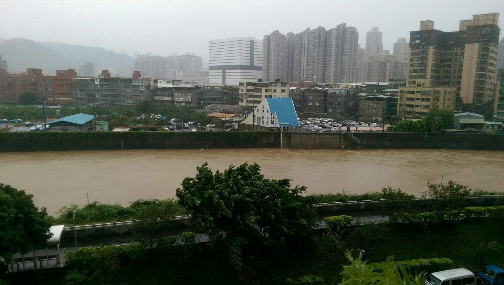 梅姬颱風肆虐,豪雨造成溪水嚴重暴漲