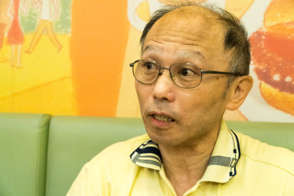 台灣平坦化應用技術協會秘書長康來成解釋台灣半導體產業的現況。攝影/林捷倫