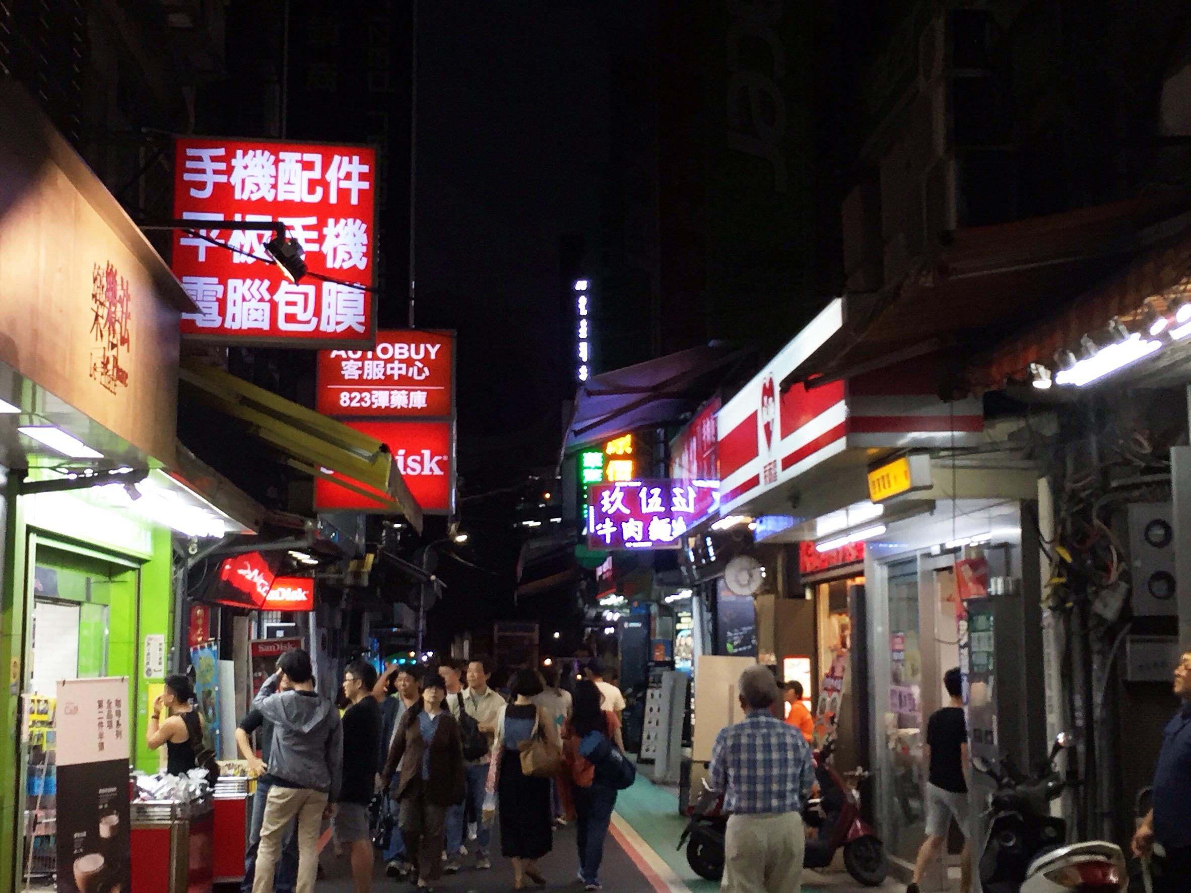 光華商場不僅販售電子科契產品,周遭更有不少美食店家,形成科技結合美食的商圈。攝影/張子怡