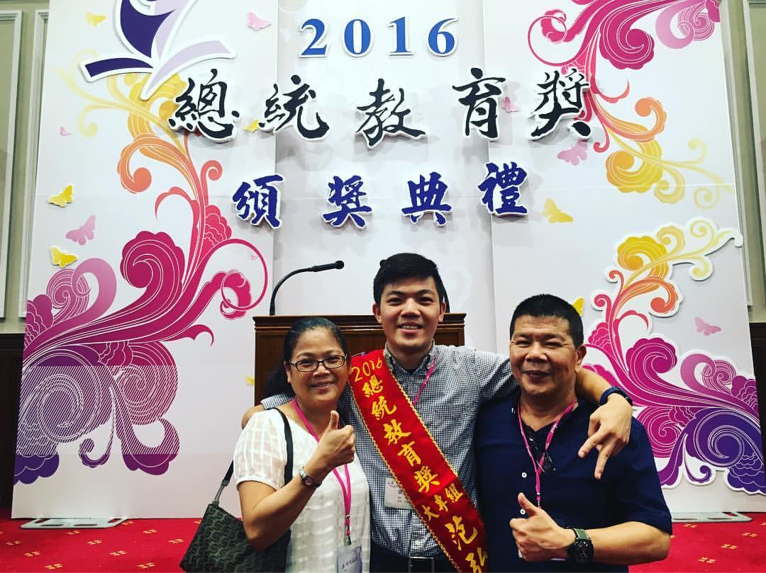 范弘昊榮獲總統教育獎,與父母開心合影。 圖片提供/范弘昊
