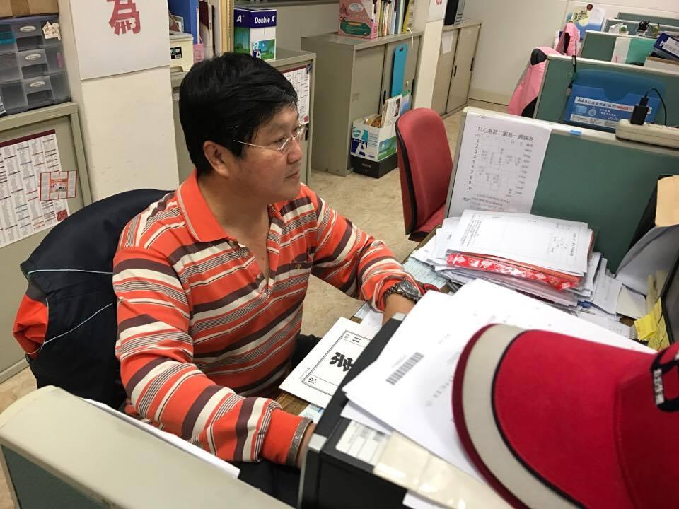 饒夢龍教官不僅執行行政公務也管教學生。攝影/李芮昕