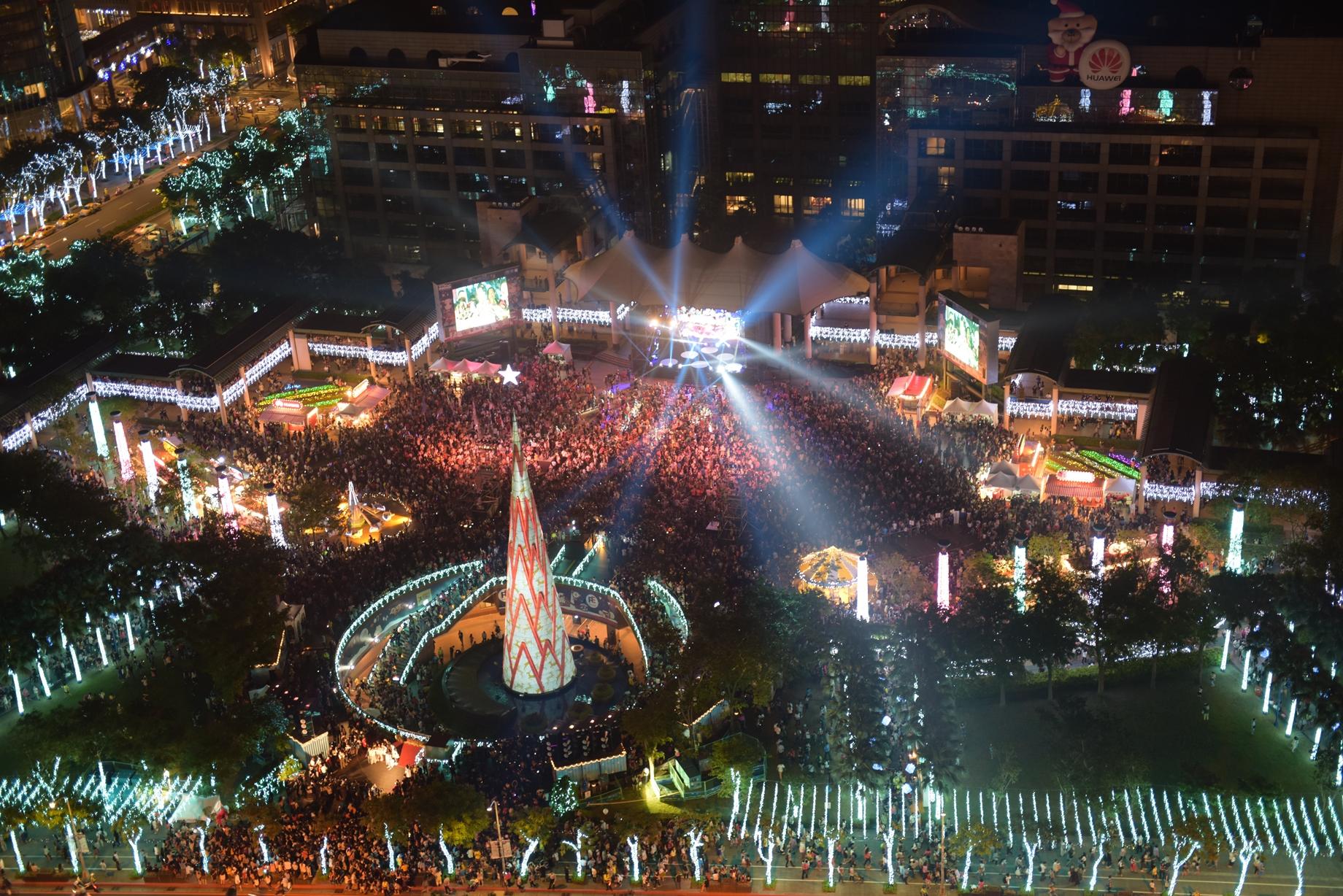 2016新北市歡樂耶誕城開幕儀式,整個市民廣場擠得水洩不通。圖片提供/新北市政府觀光旅遊局