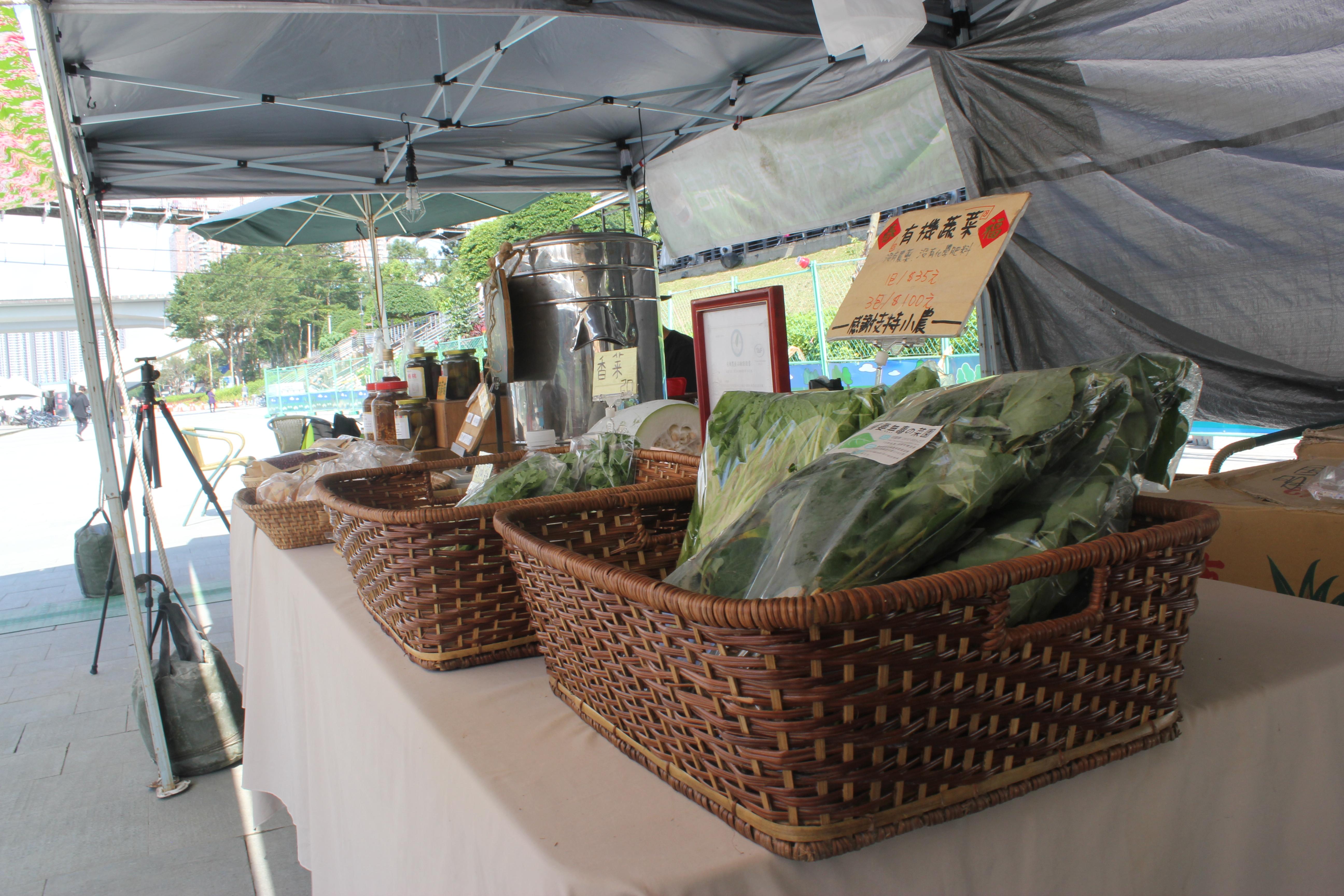小農在攤位上擺置有機蔬果.攝影/林韋宏