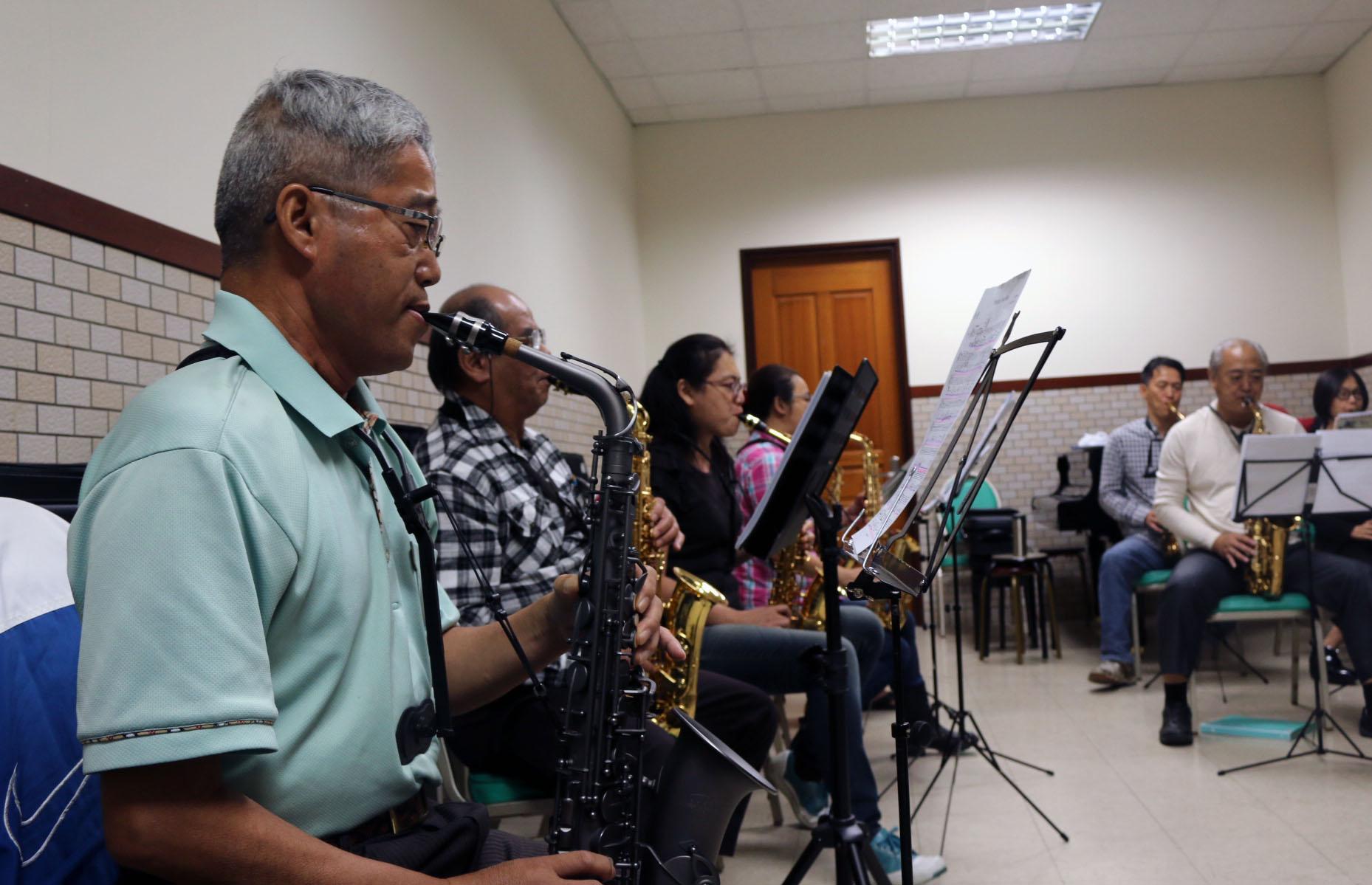 薩克斯風課程,讓年長者可以學習音樂、訓練腦力。攝影/劉建佑