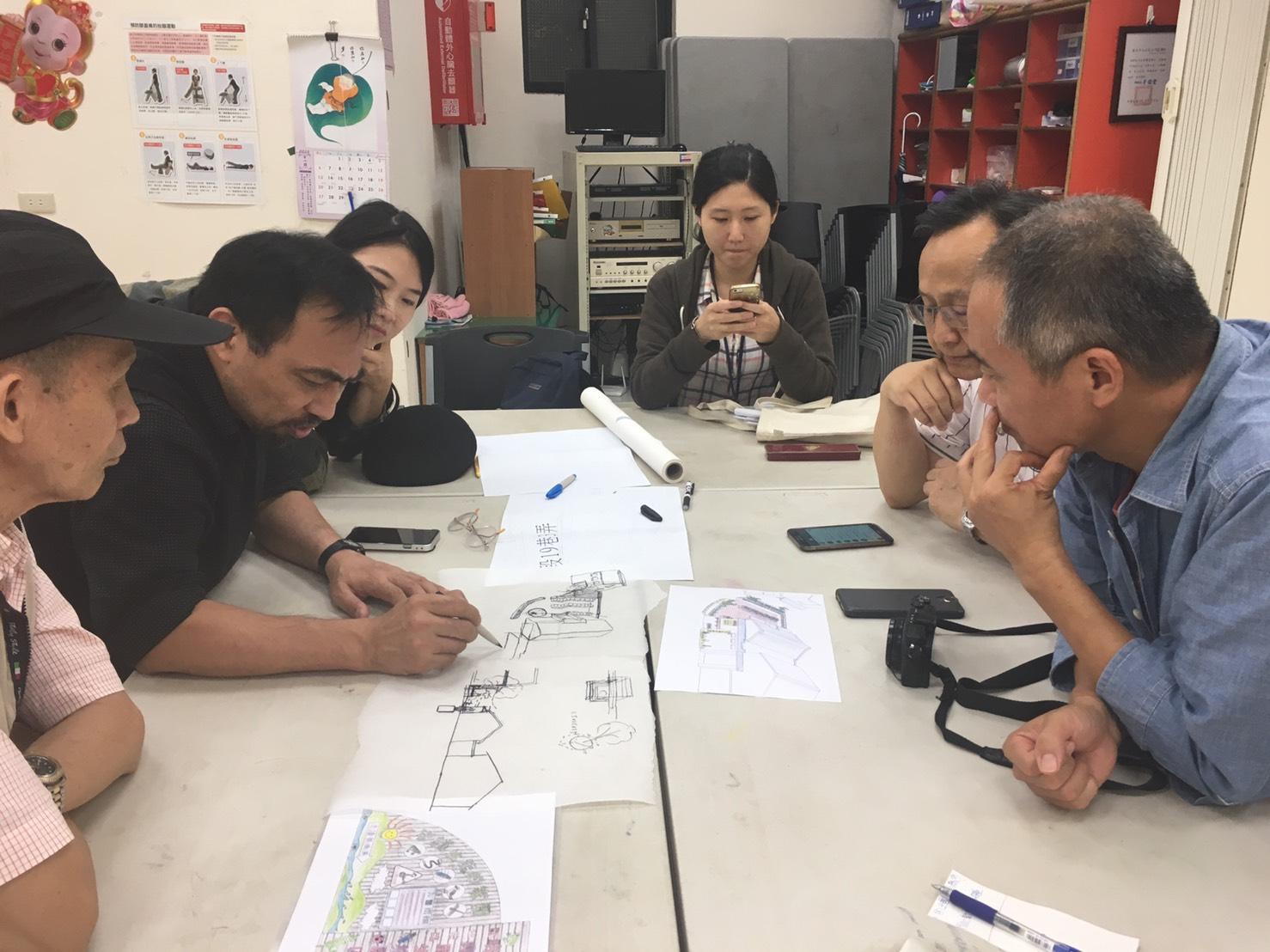 講師和里長共同討論建築。照片拍攝/林韶君