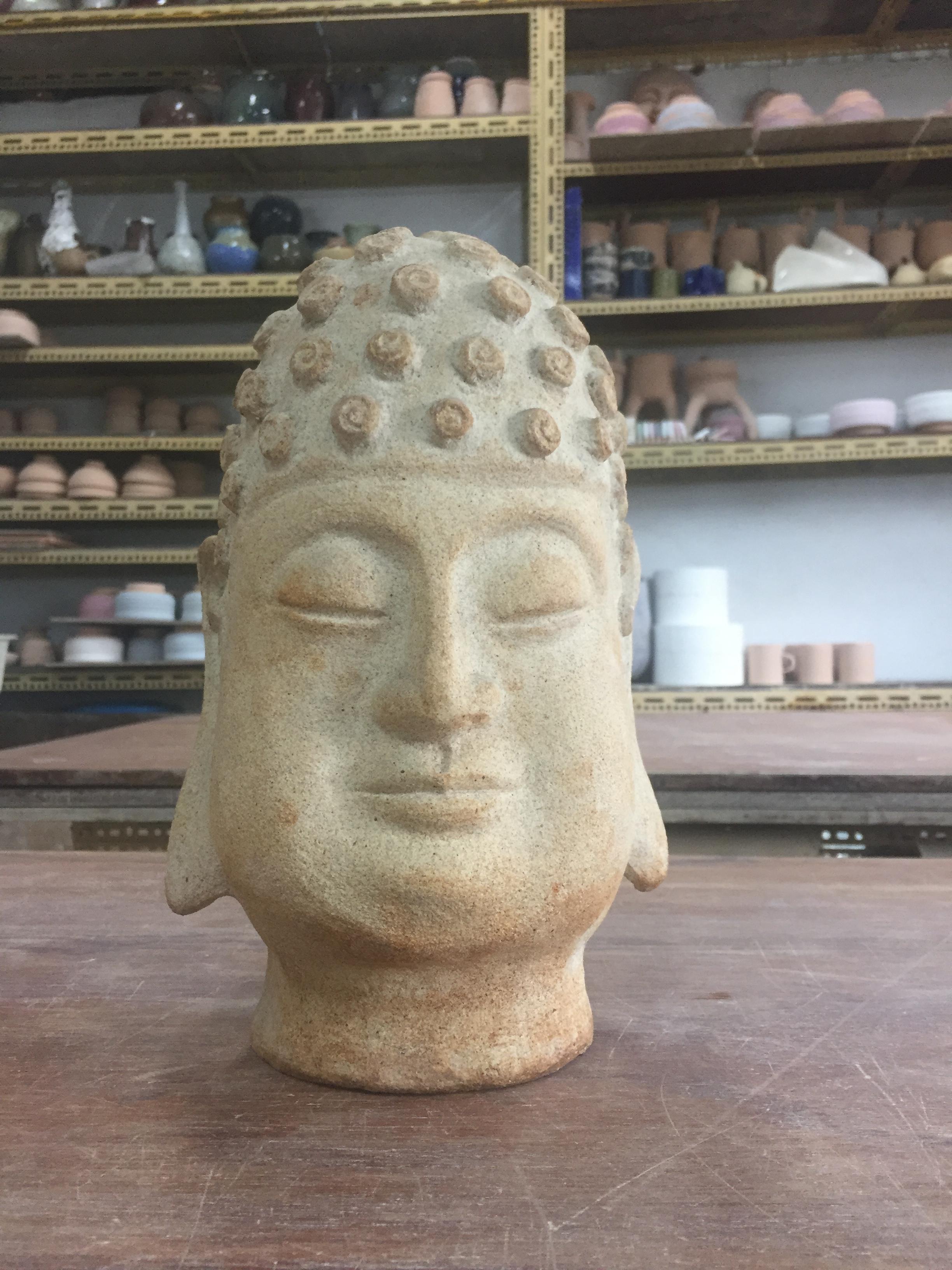 精細雕刻出栩栩如生的佛頭。