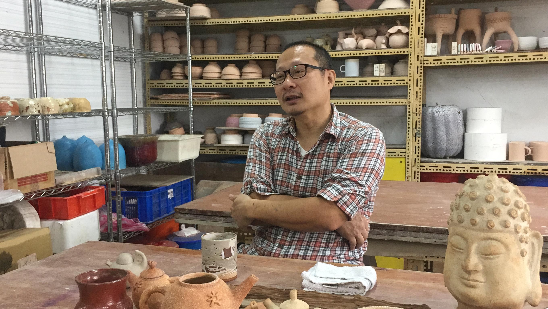 賈正忠暢談陶藝所帶來的不同面貌。攝影/潘幸暉