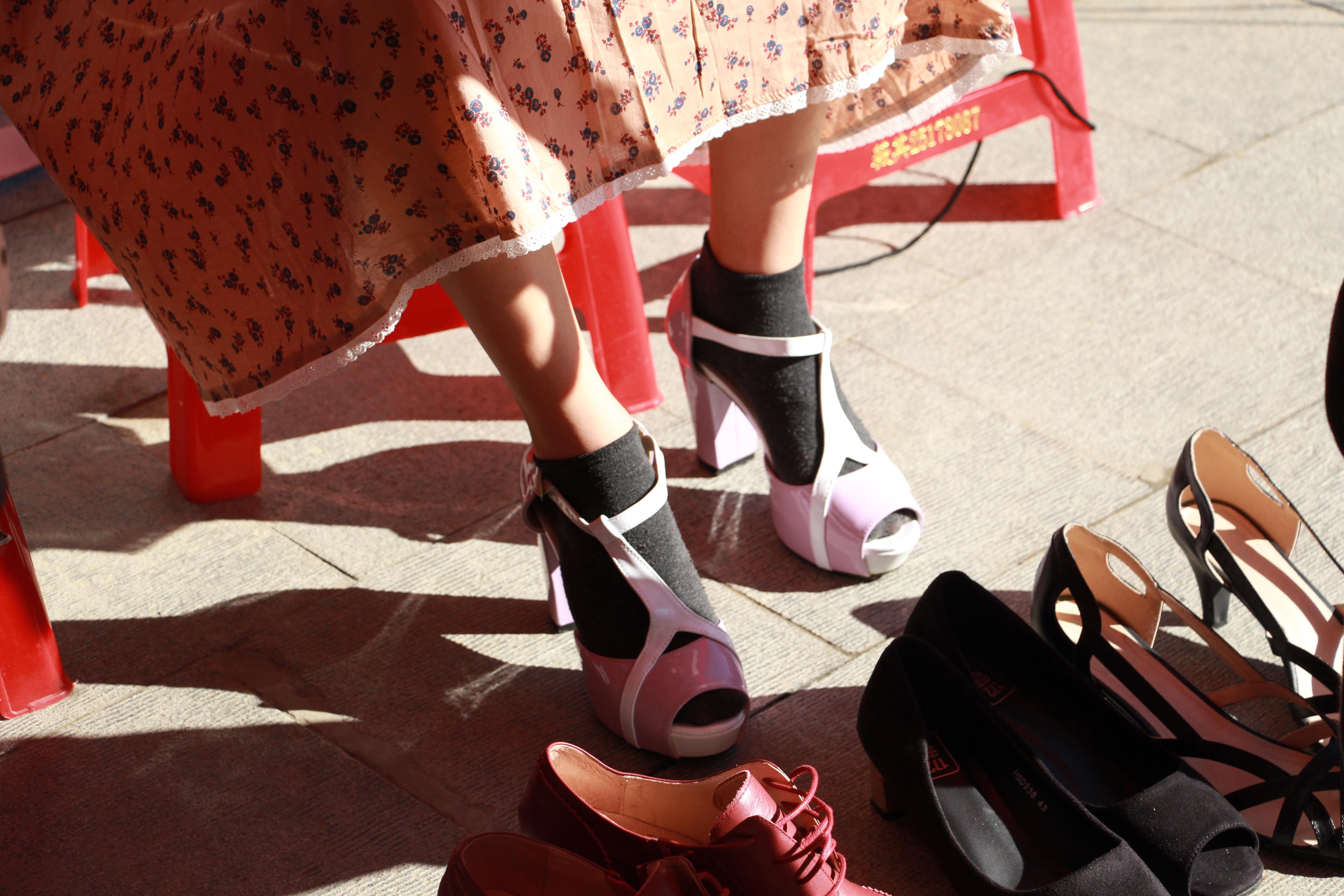 男性體驗穿高跟鞋的辛苦。攝影/郝一鳴