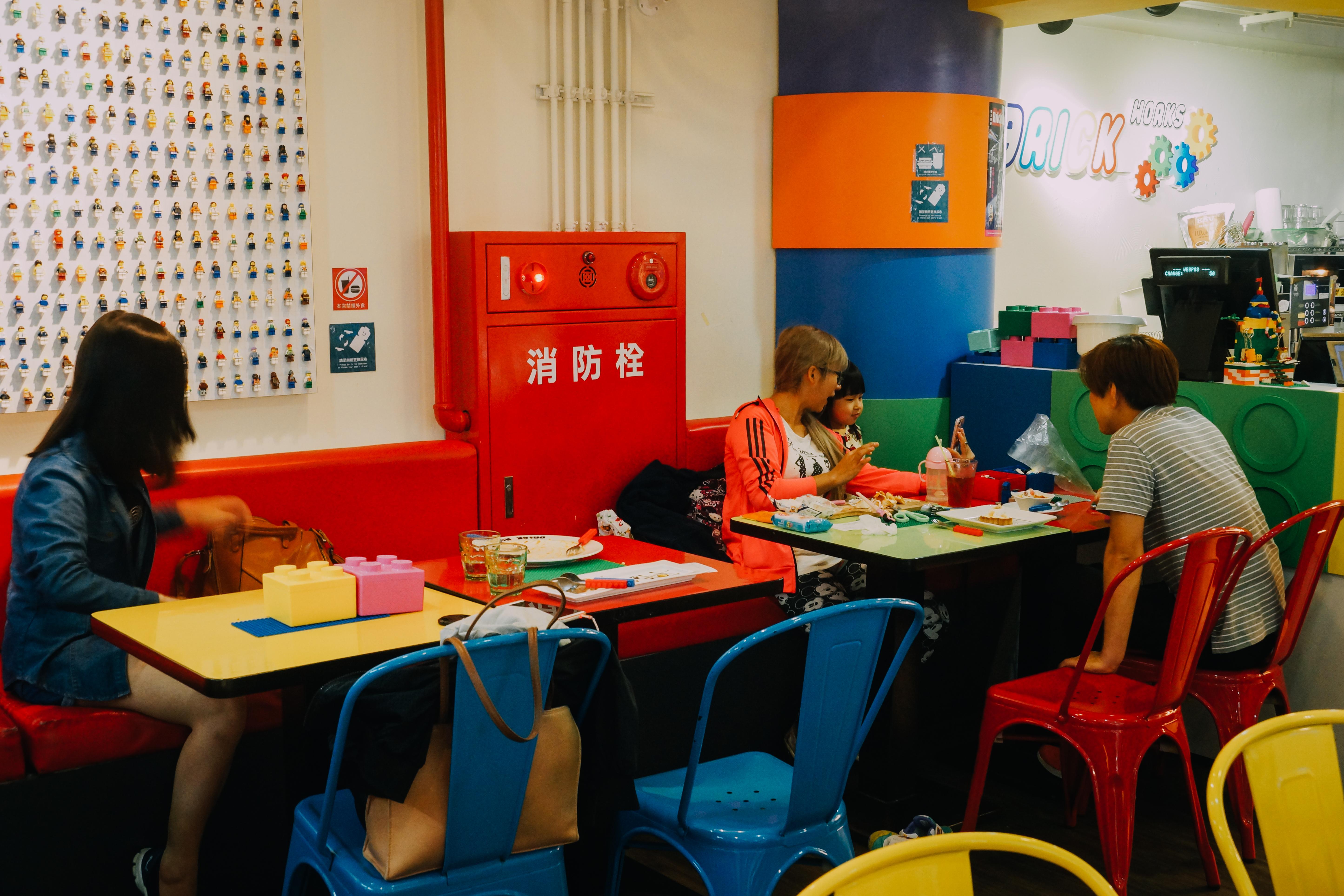 家長帶小朋友體驗主題餐廳遊戲與食物結合的樂趣。攝影/潘姿穎