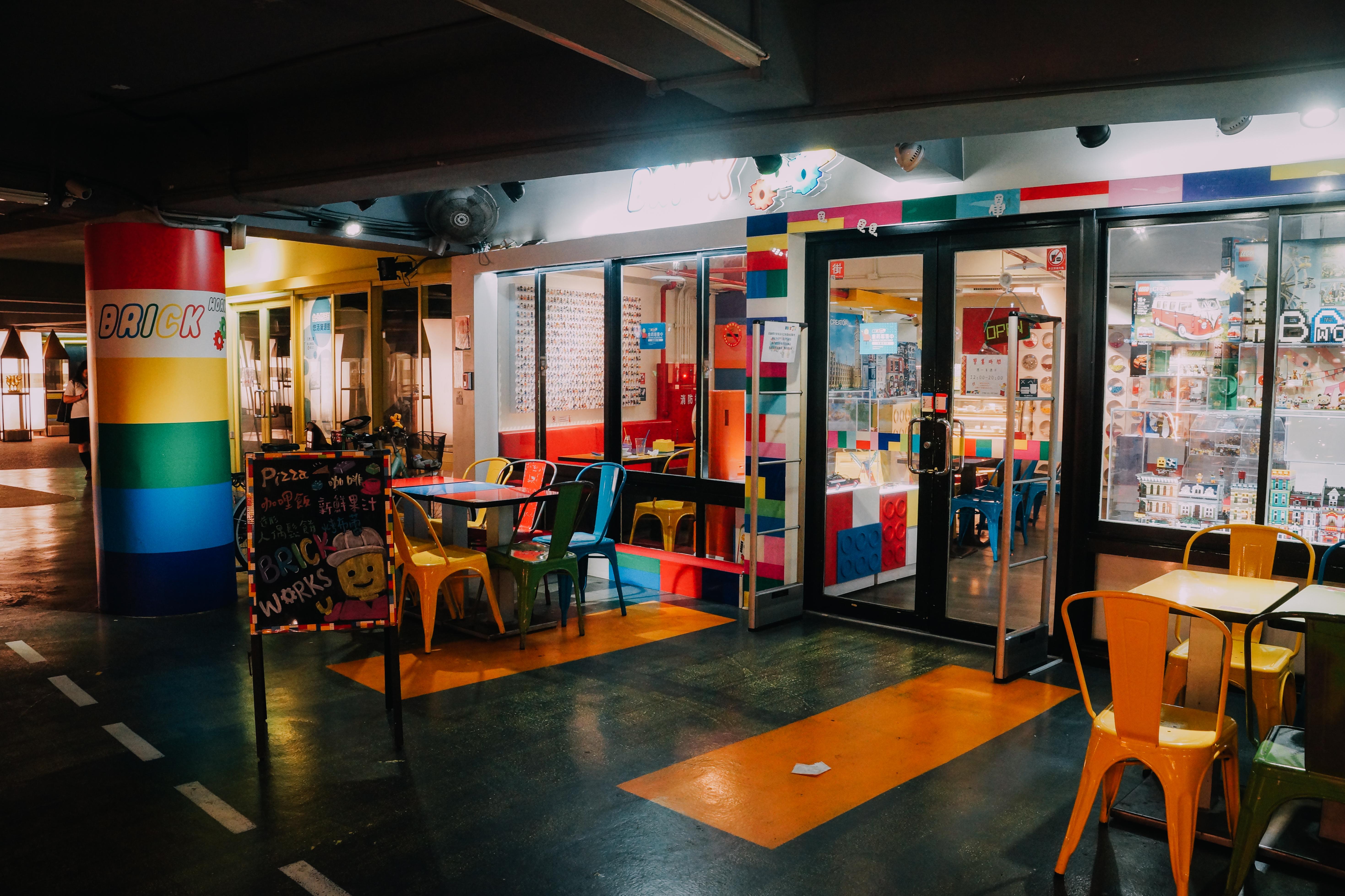 以積木玩具為主題的餐廳,裝潢鮮豔的配色充滿童趣。攝影/潘姿穎