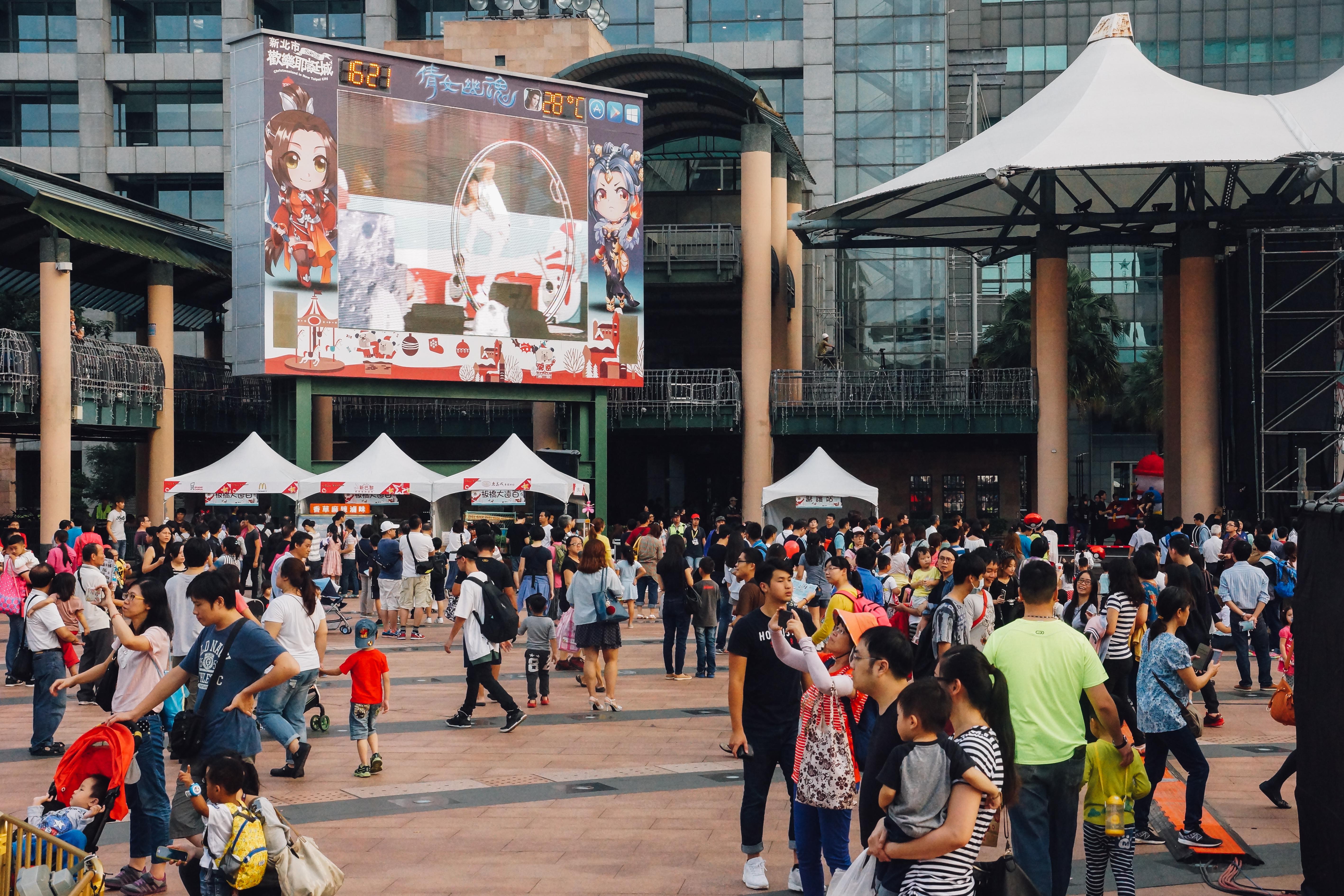 市民廣場從下午起就陸續湧入人潮。攝影/潘姿穎