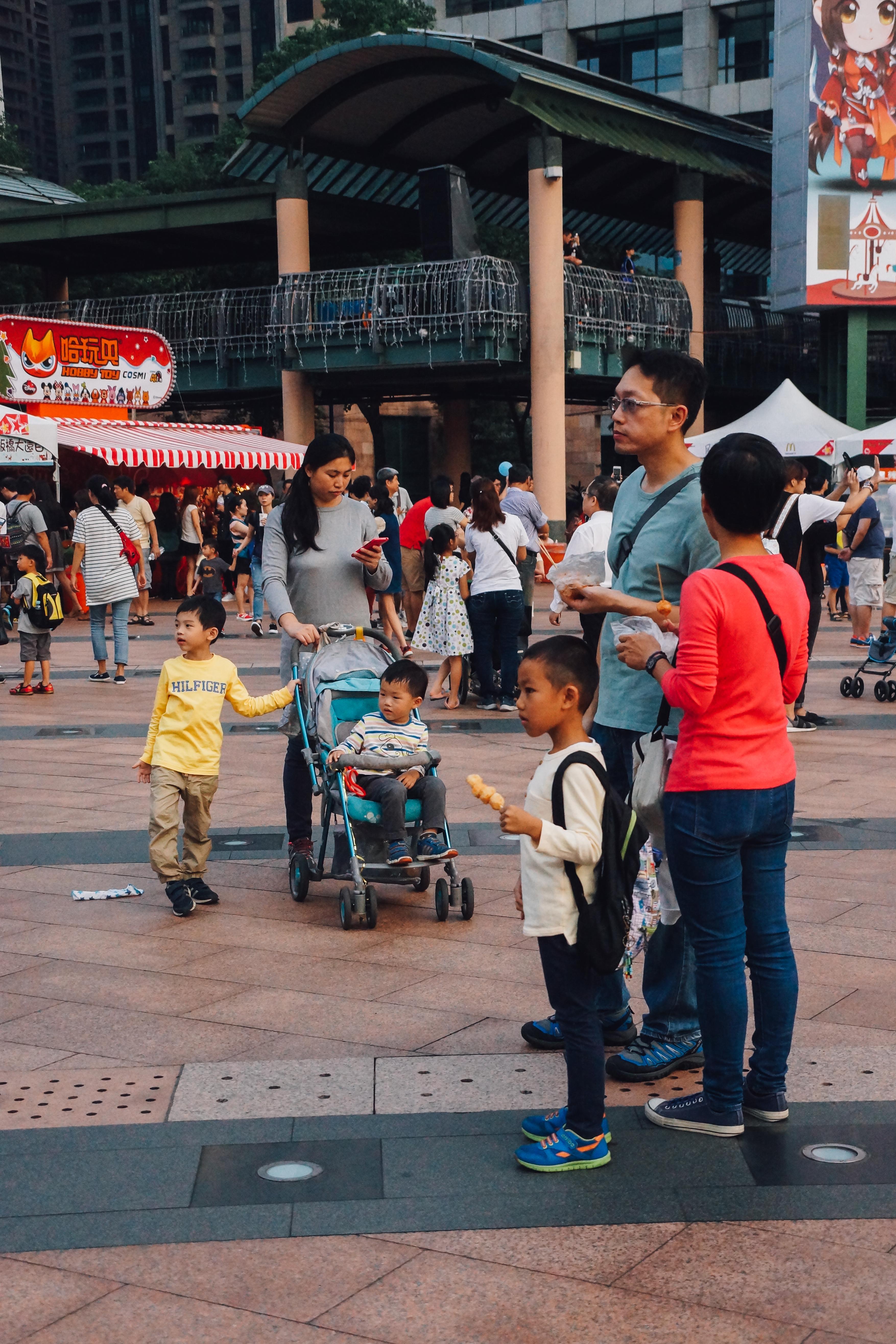 不少家長帶著小朋友前往。攝影/潘姿穎