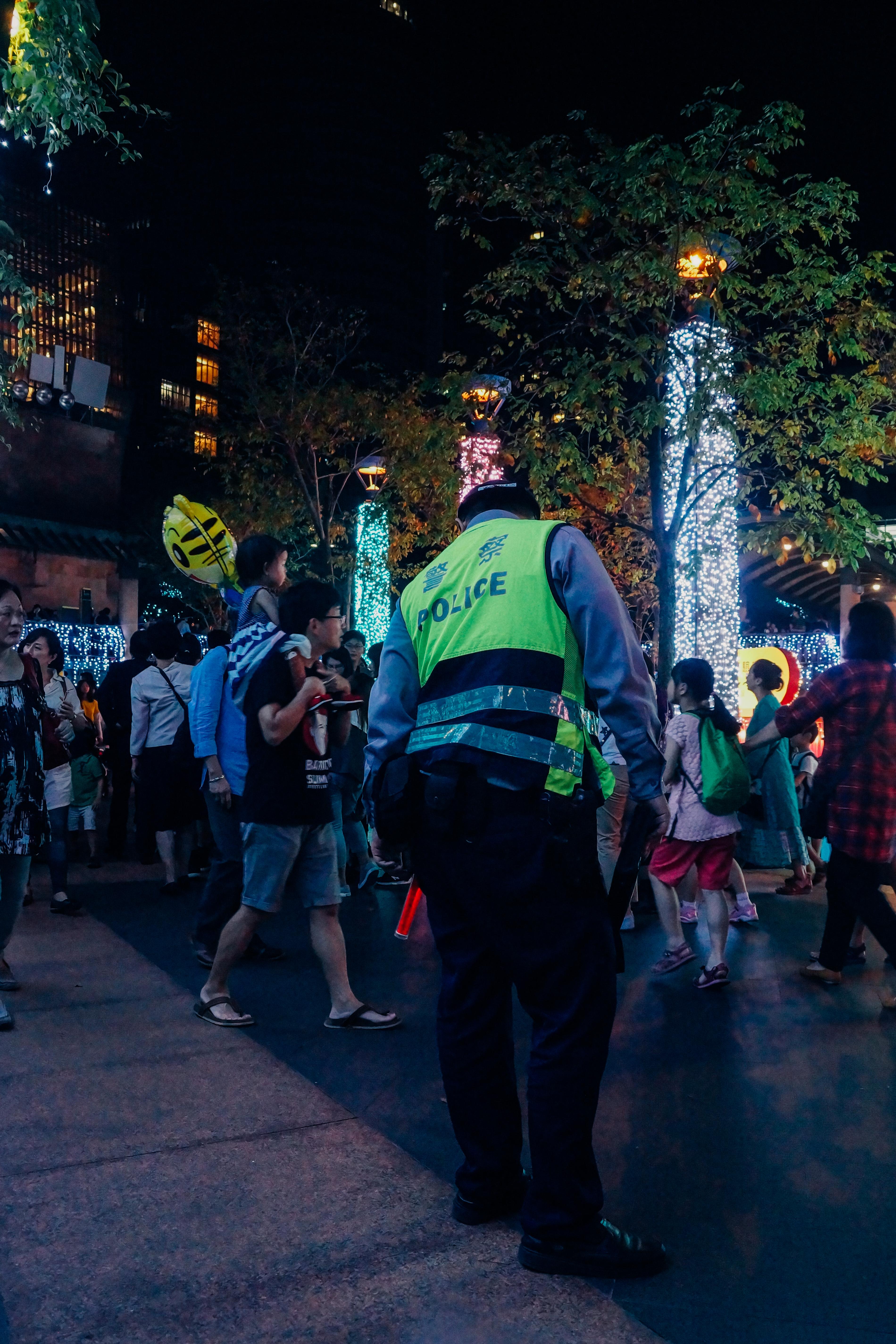 警察人員駐守維護治安或提供協助。攝影/潘姿穎