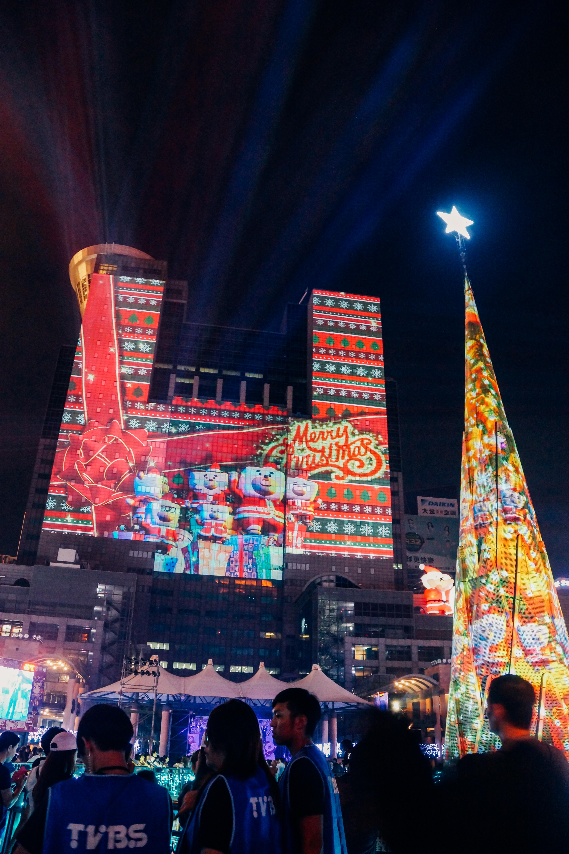 今年耶誕城將光雕重點放在市府大樓上,相較之下耶誕樹反而變成配角。攝影/潘姿穎