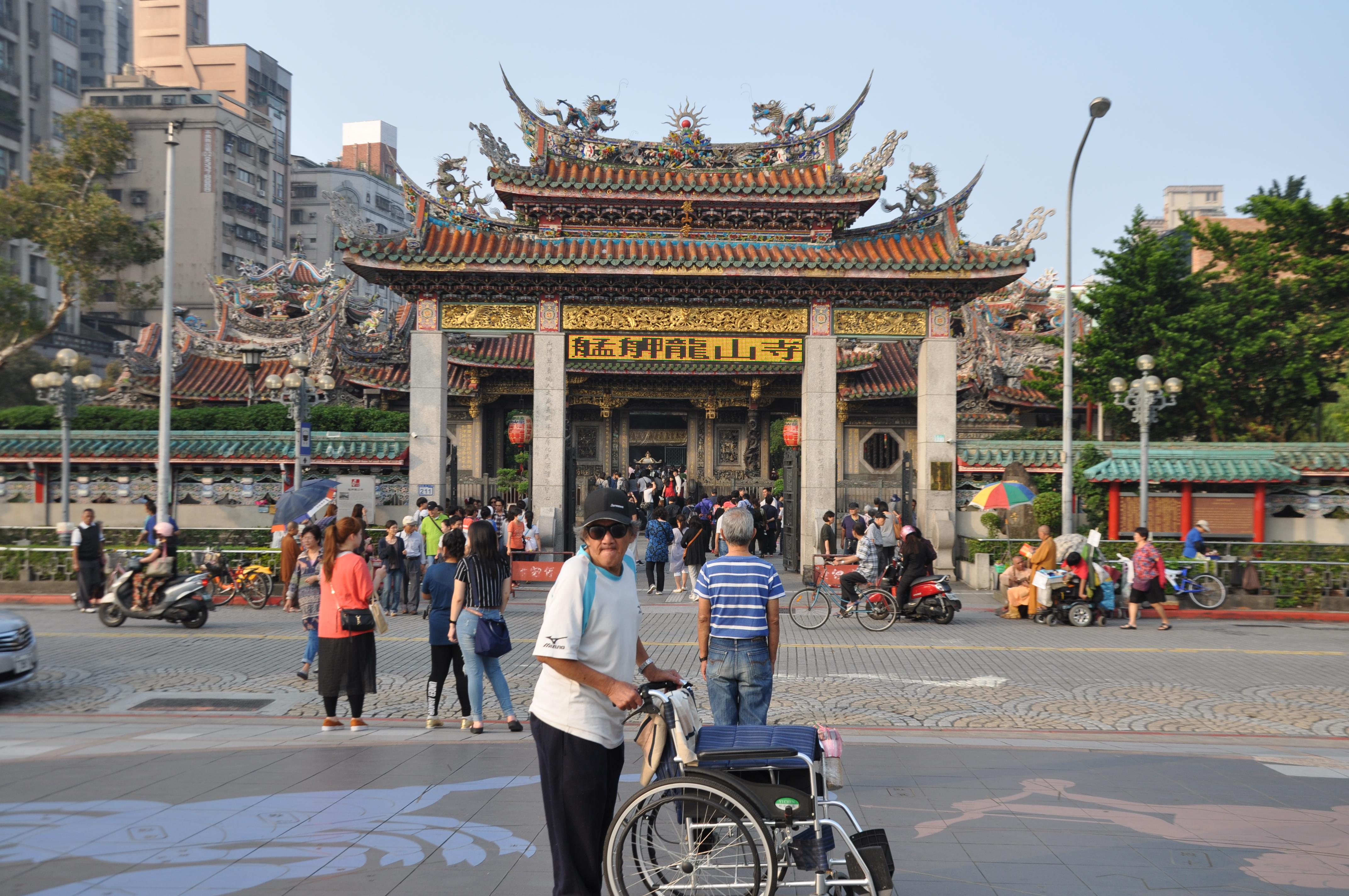 龍山寺為許多遊客來台時必去之處。攝影/李玟逸