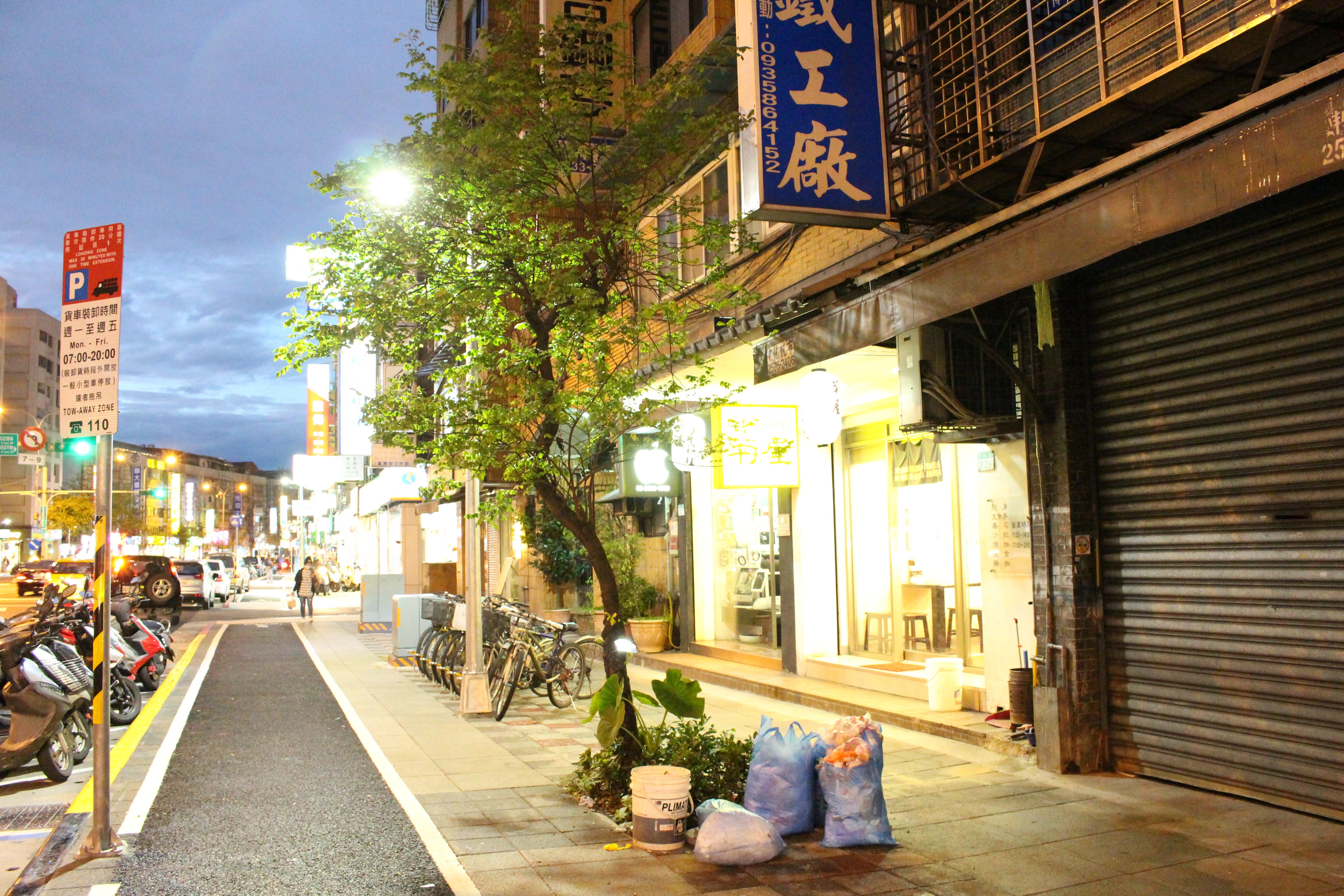 長長的人行道上,只有一棵路樹,人行道上路樹寥寥無幾。攝影/徐沛姍