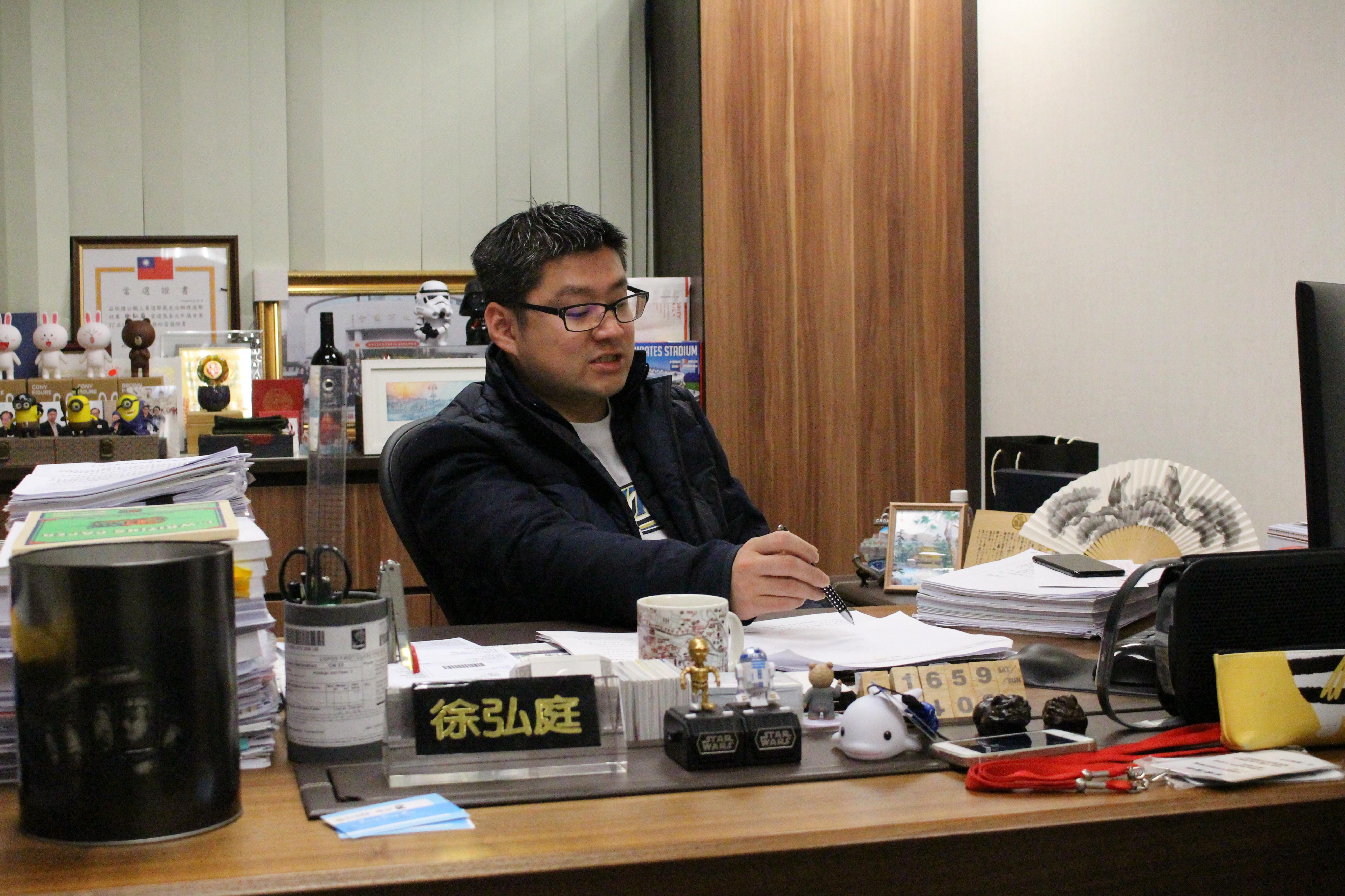 台北市議員徐弘庭,提出說明並提供書面資料。攝影/徐沛姍
