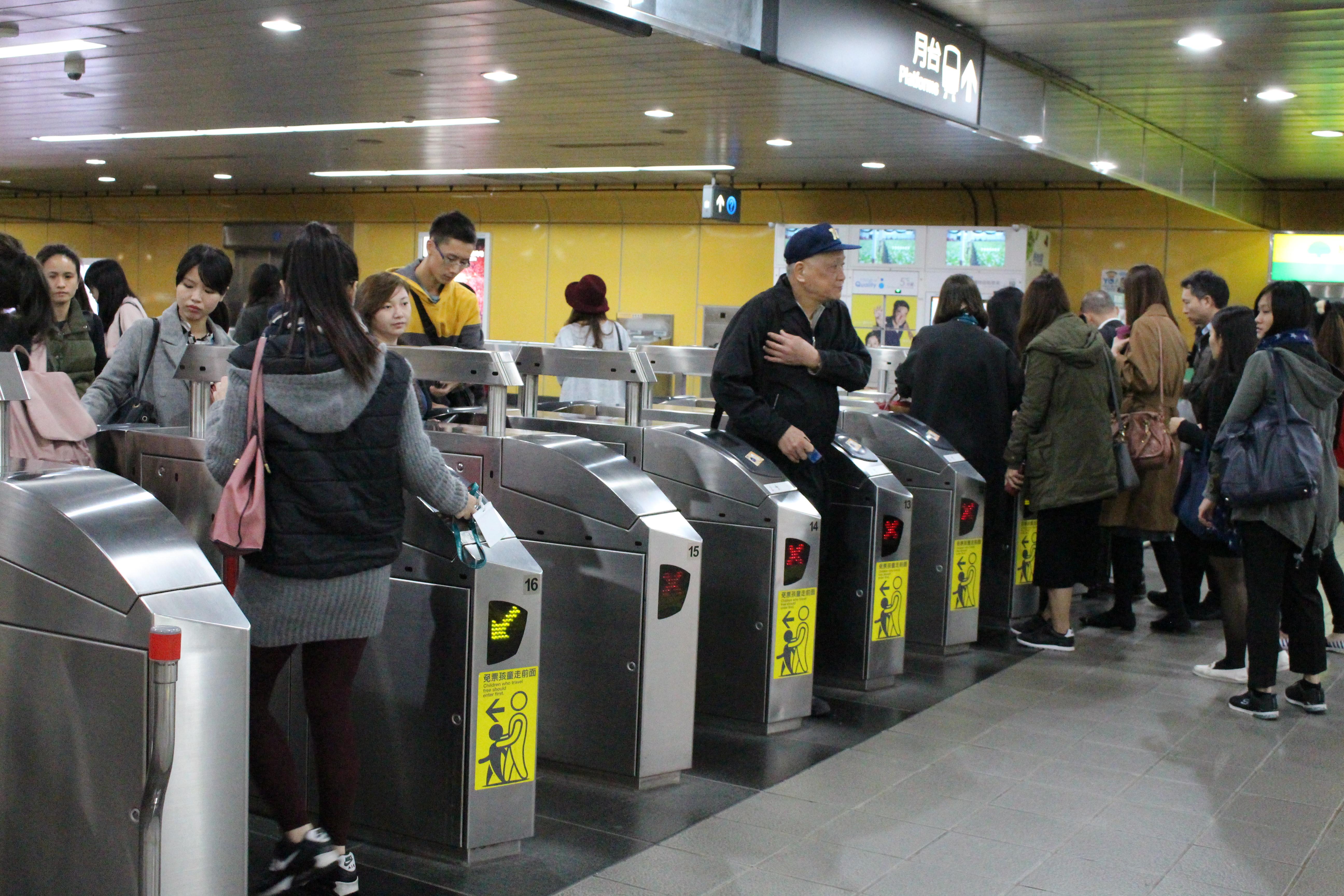 捷運站進出口人潮眾多。因捷運便利,為多數人的代步工具。攝影/徐沛姍