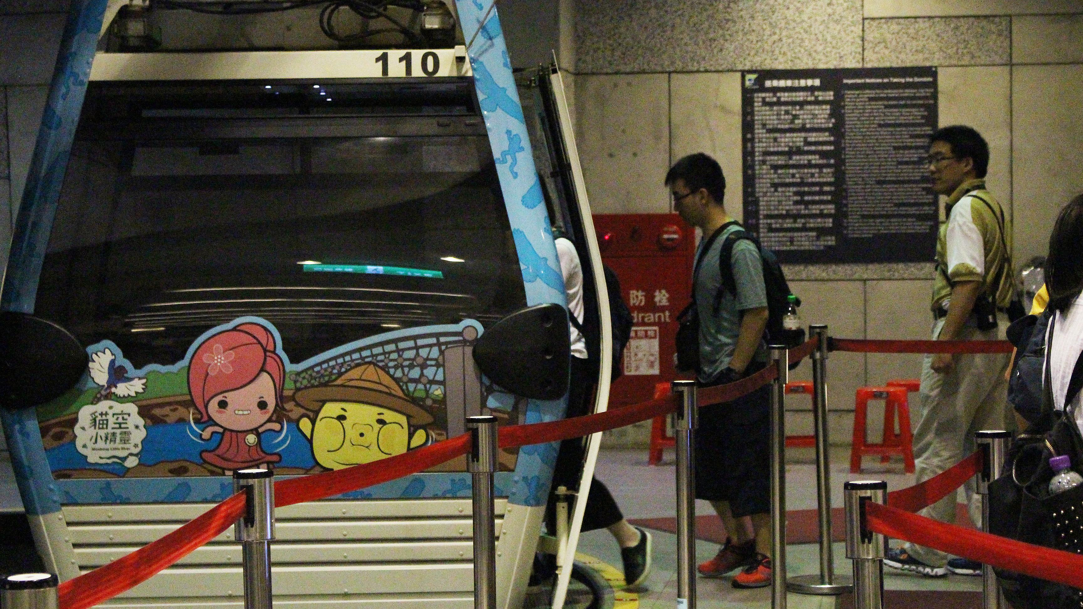 遊客將纜車作為交通工具搭乘至各站或體驗纜車本身。攝影/周君燕