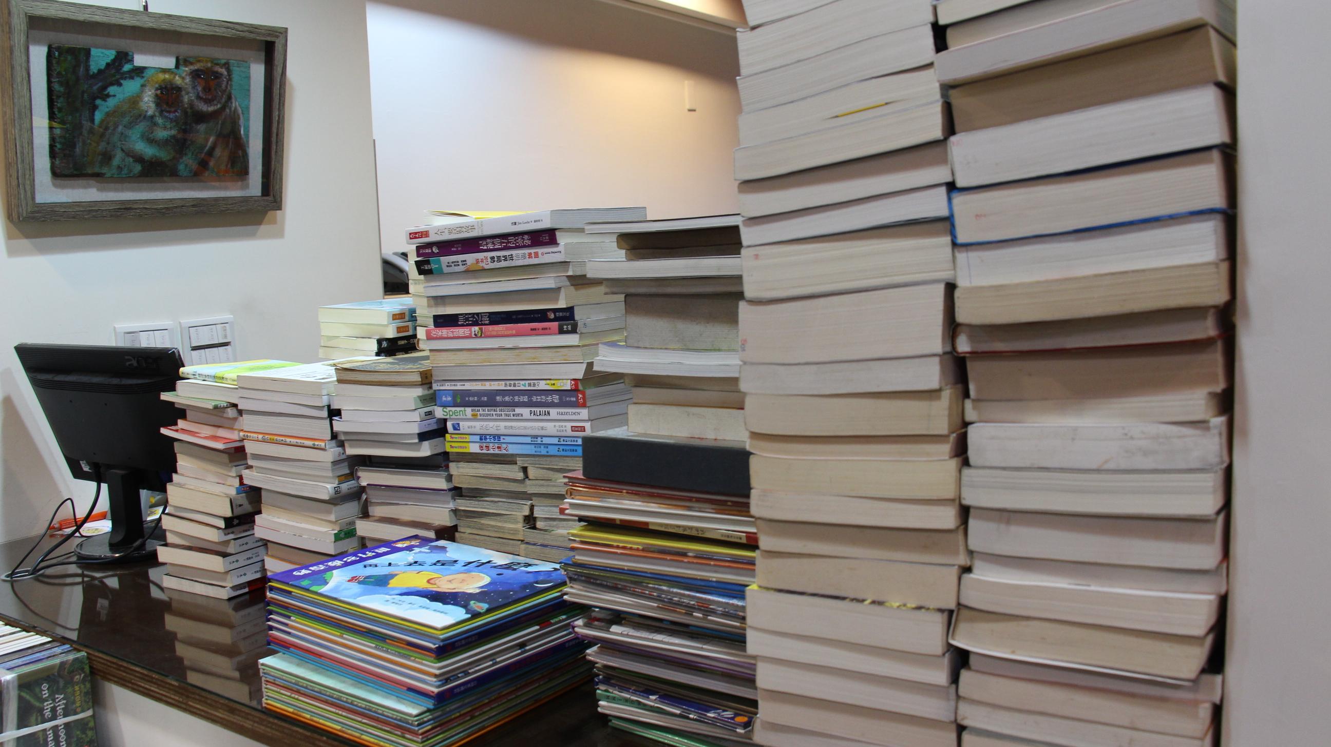 書店店員每天都須整理成堆收購到店的二手書,程序繁瑣。攝影/張子怡