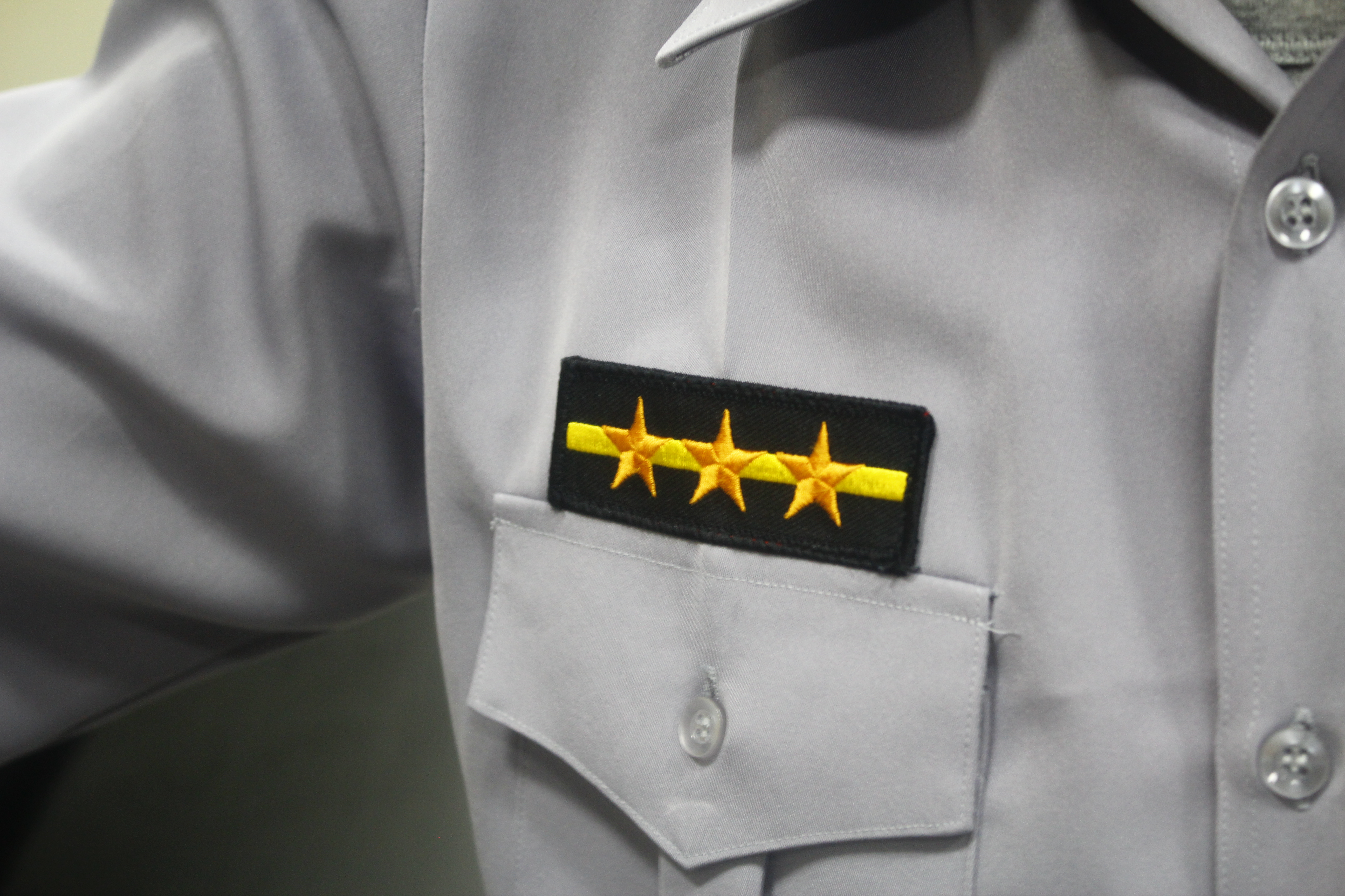 剛從警專畢業的新進警察,制服上配有「一線三星」的徽章。攝影/韋可琦