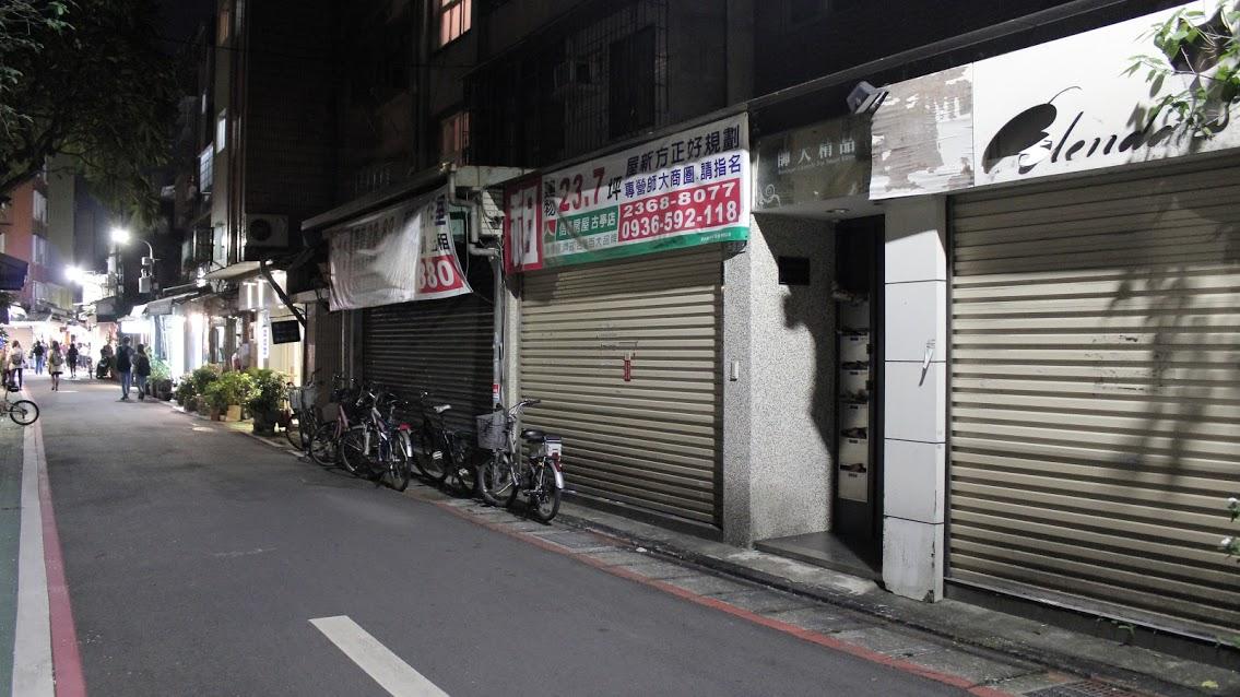 龍泉街周邊的一些巷弄許多店鋪無人承租,店家零星,人流更少,更為冷清。