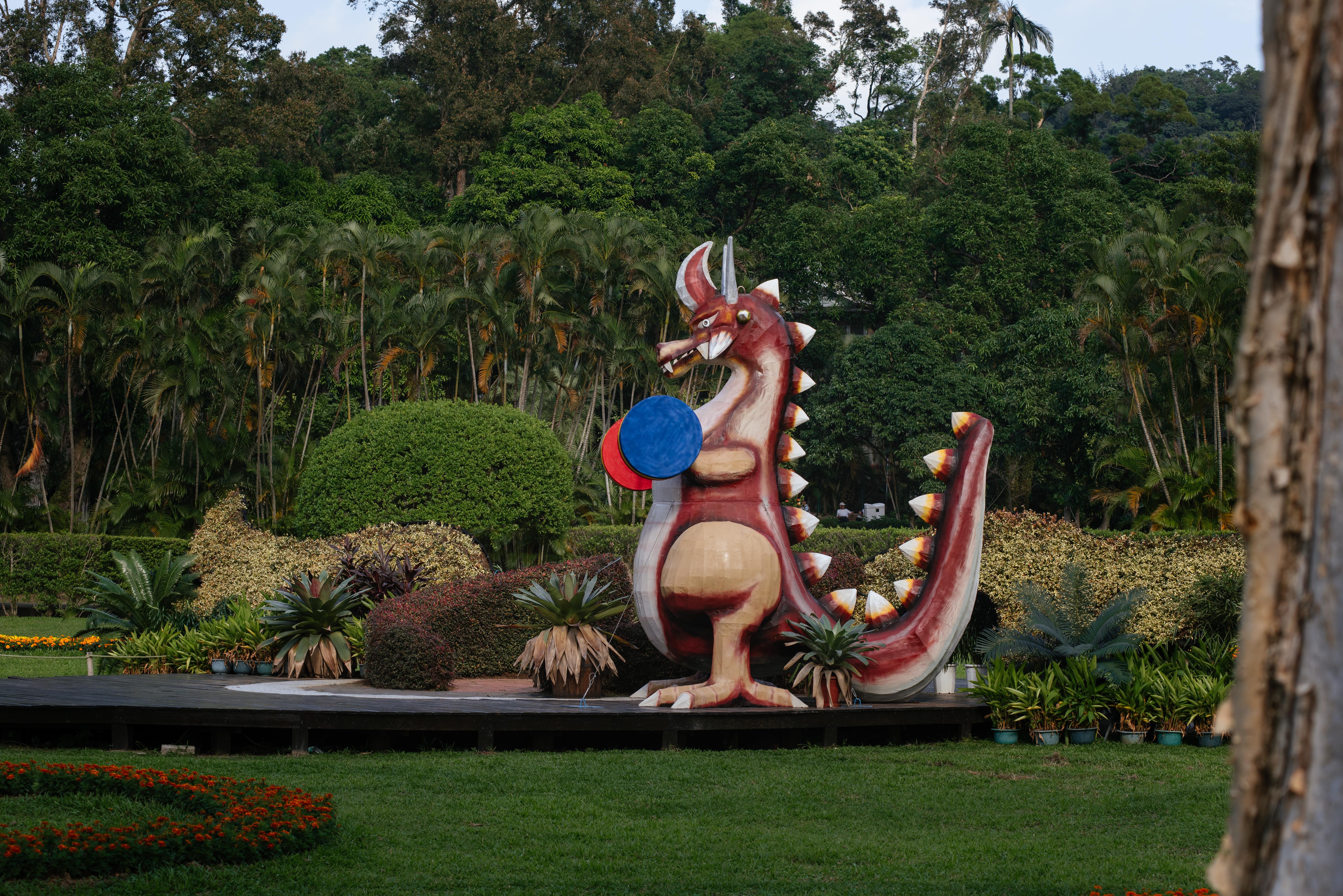 主題園區「舉菊精彩」,大恐龍造型與菊花,成為民眾的拍攝對象。攝影/林梓晴