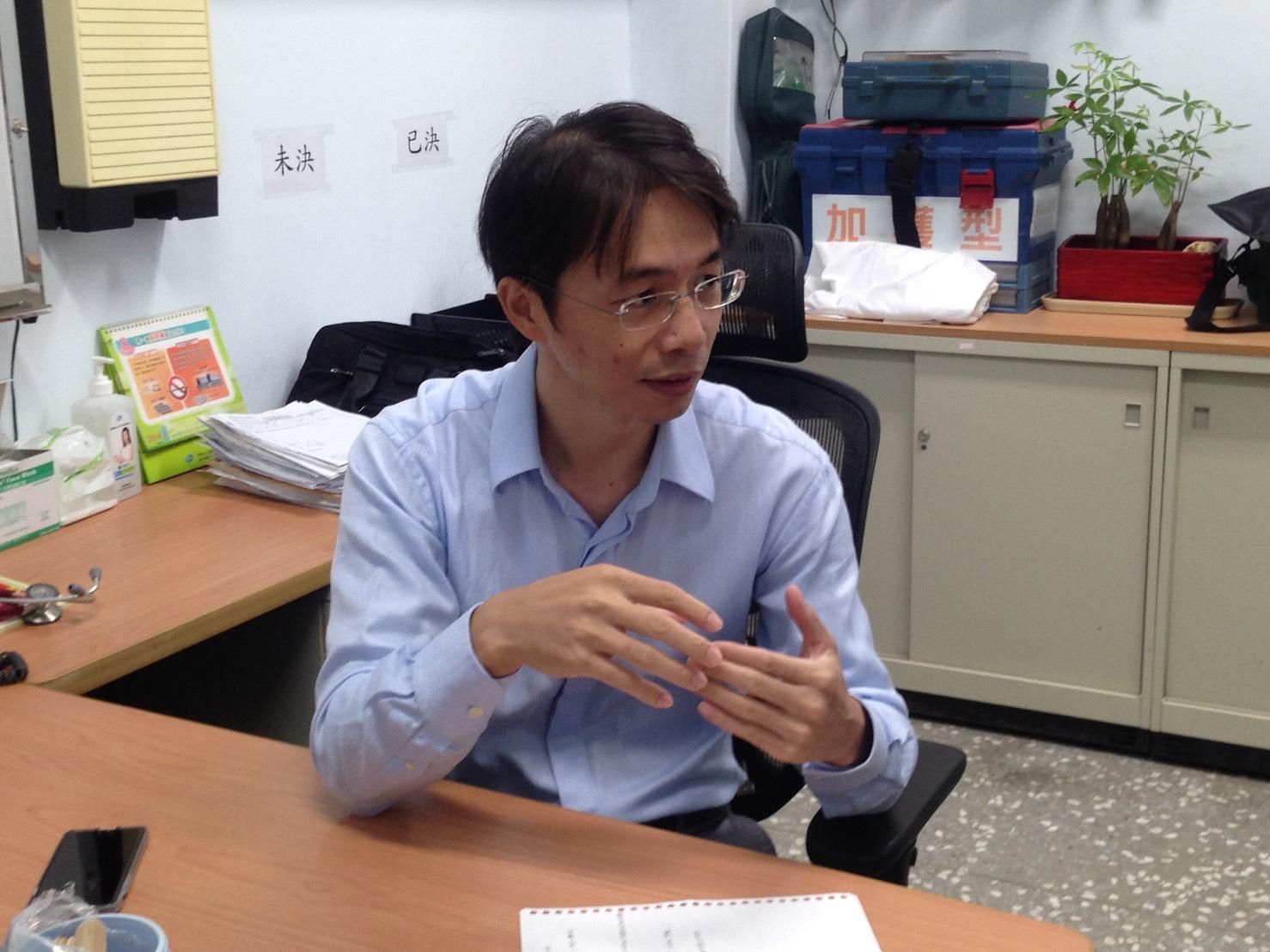 新北市新店區衛生所主任石健男表示,流感與一般感冒不同之處在於,A、B型流感可能引發併發症,嚴重可導致死亡。攝影/高凡淳