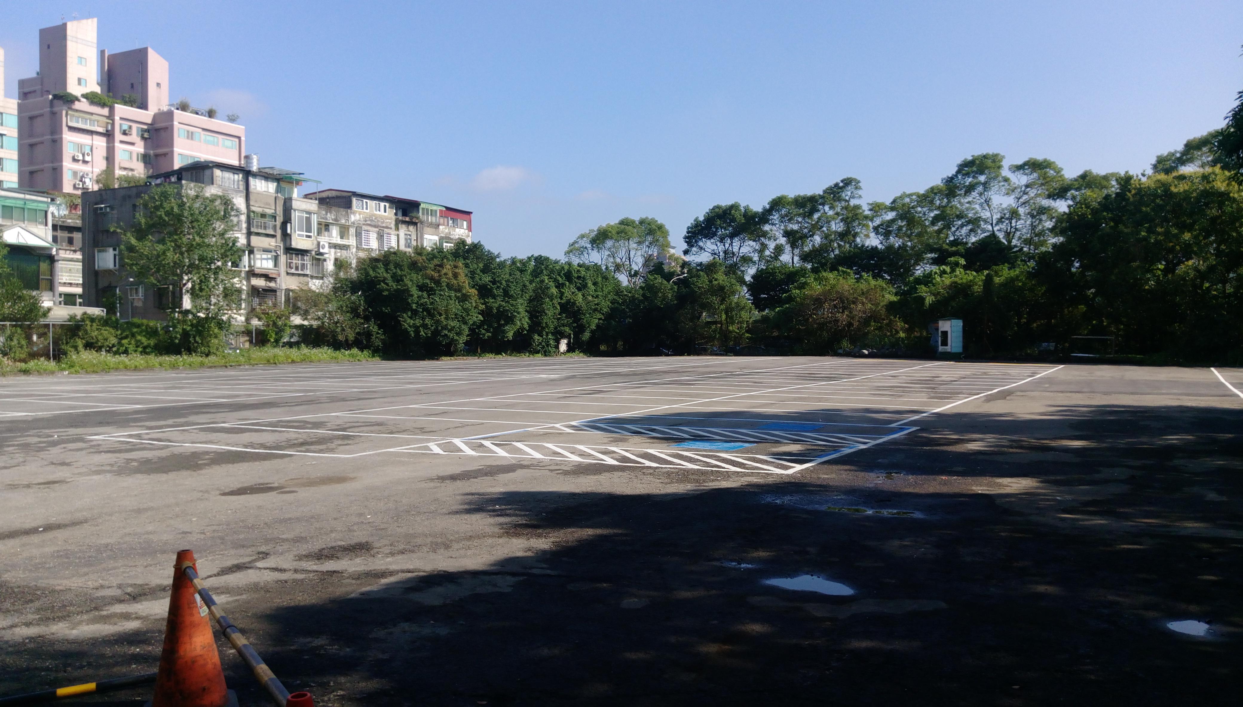 停車場內部將近有70至80個停車格。攝影/陳心亭